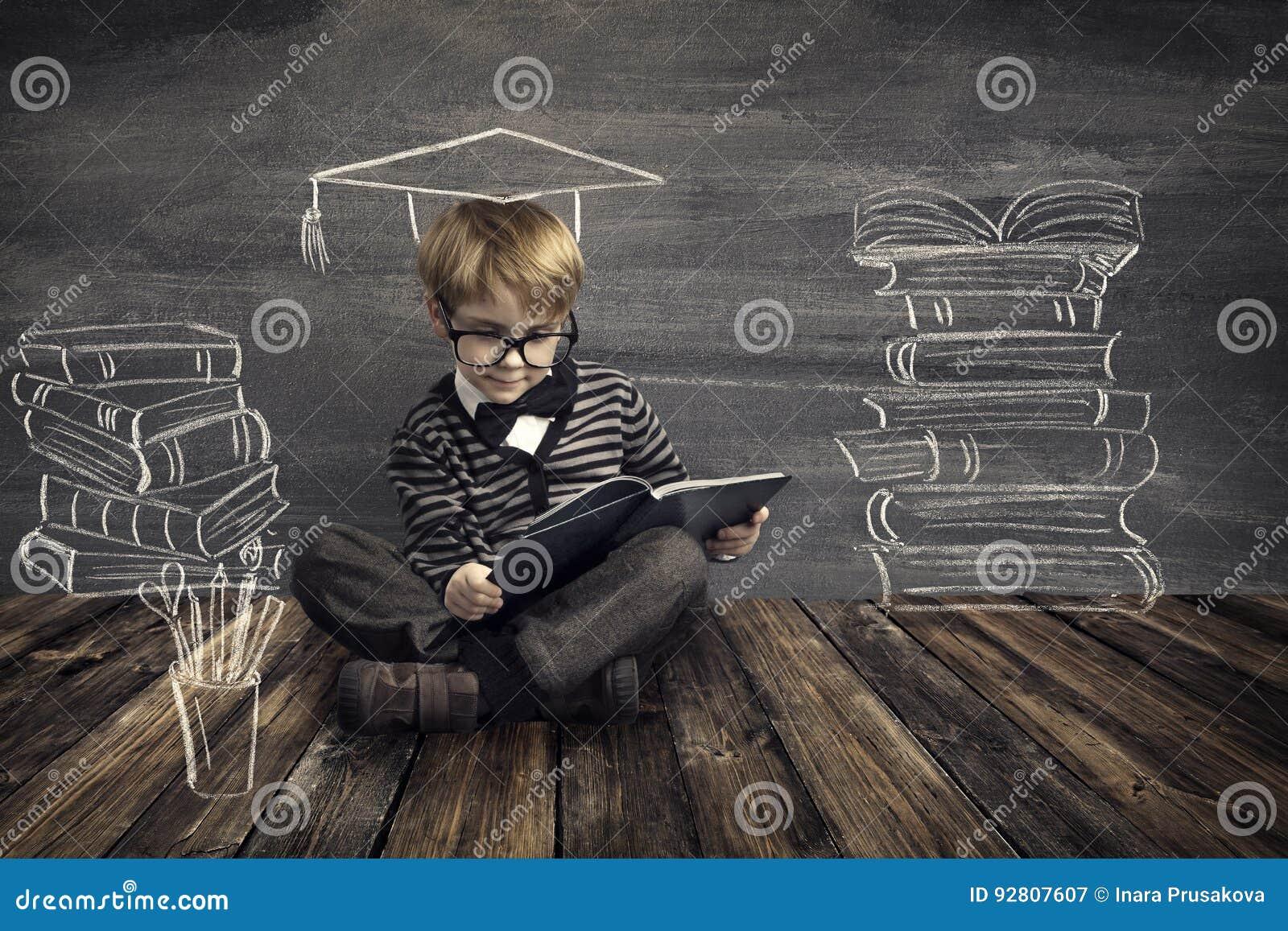 Barn utbildning, unge läste boken, läseböcker för skolapojke