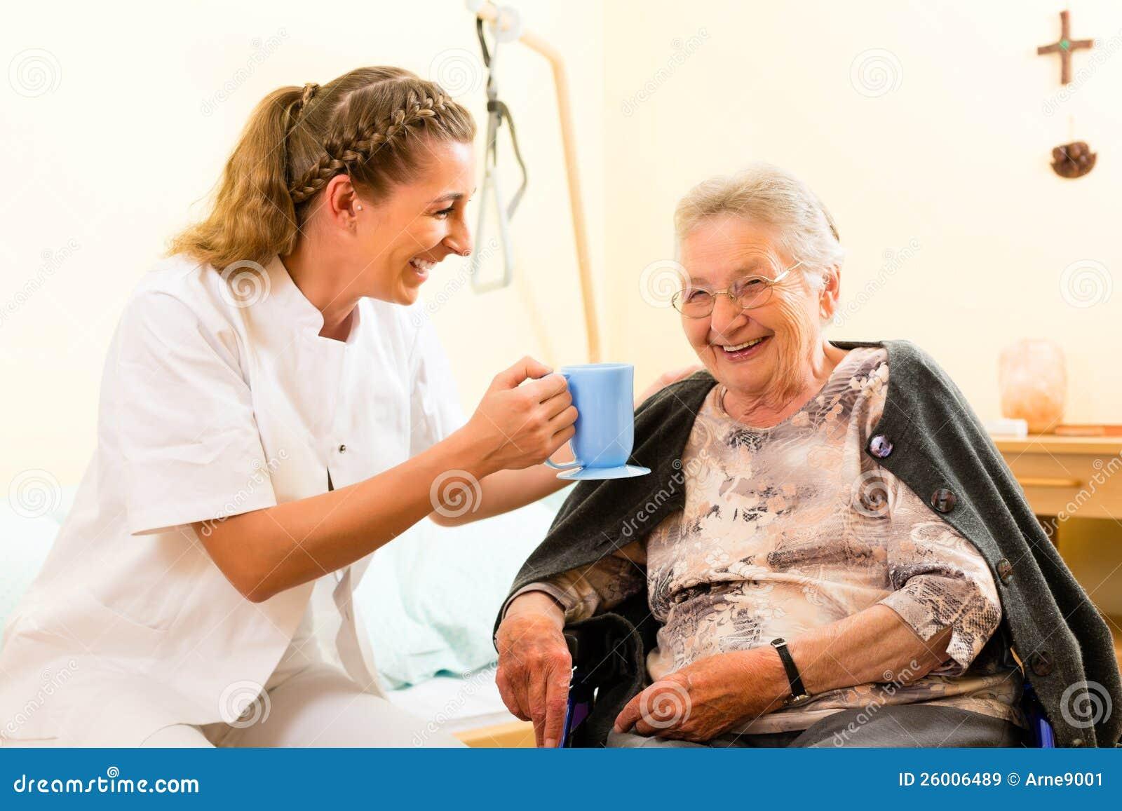 Barn vårdar och kvinnligpensionären i vårdhem