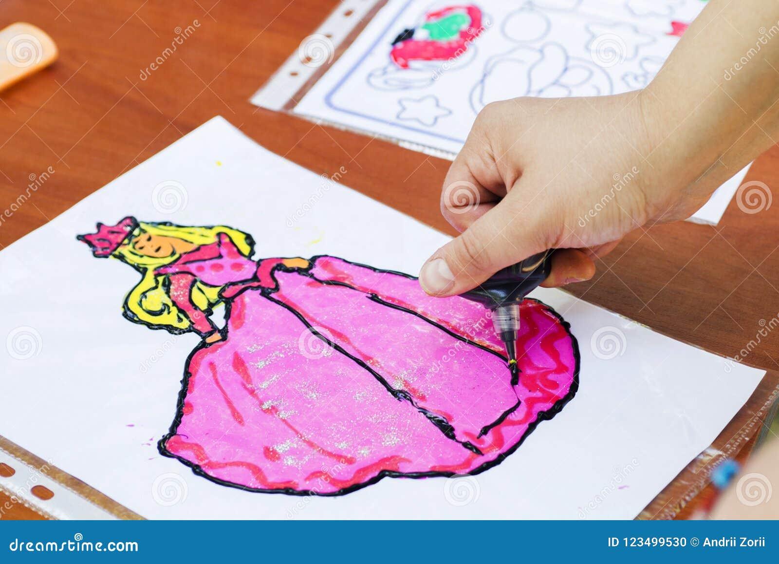 Barnattraktion en kvinna Barnteckningsbild utomhus i sommar