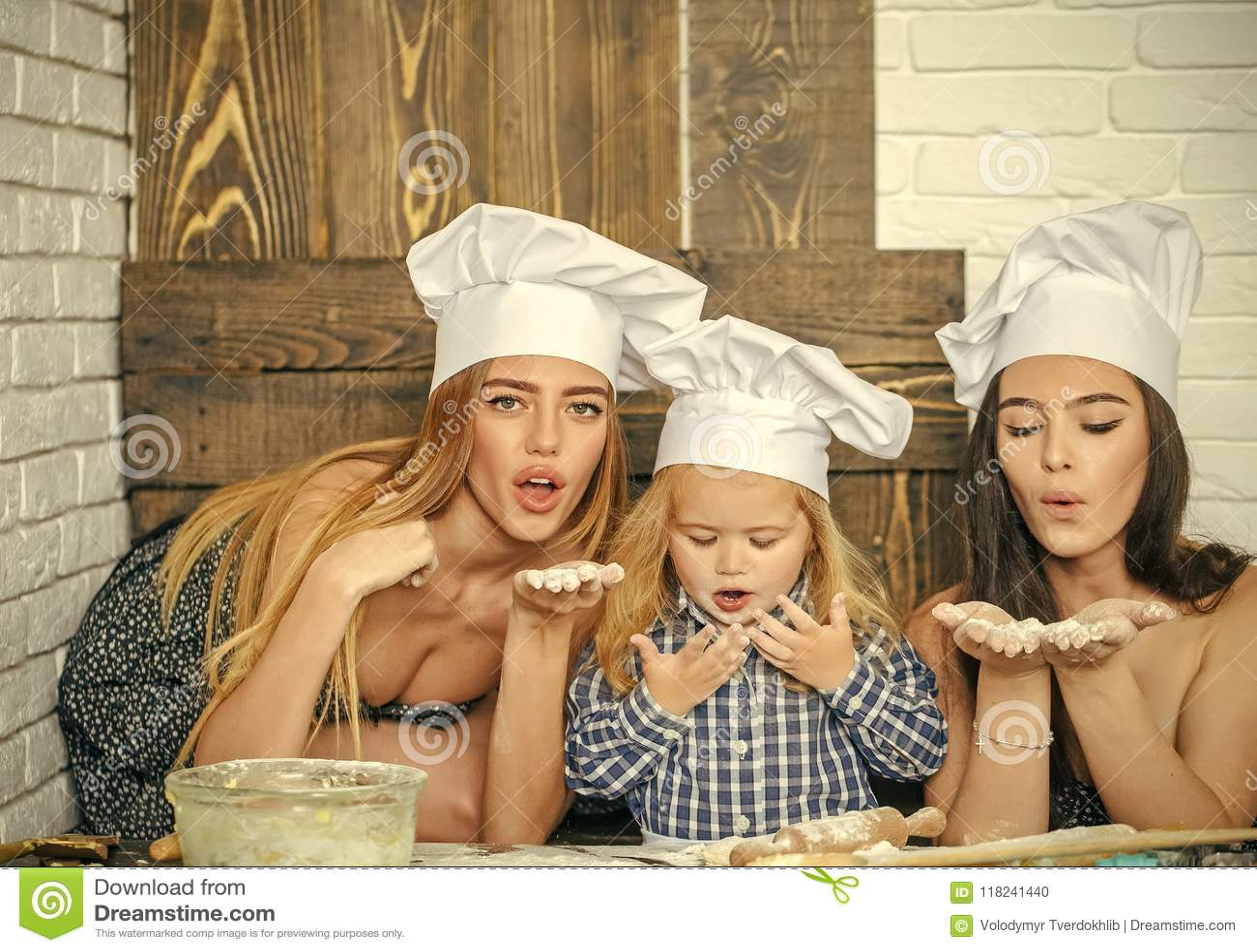 Barnavård Barnutbildning Pojke och flickor i kockhattar