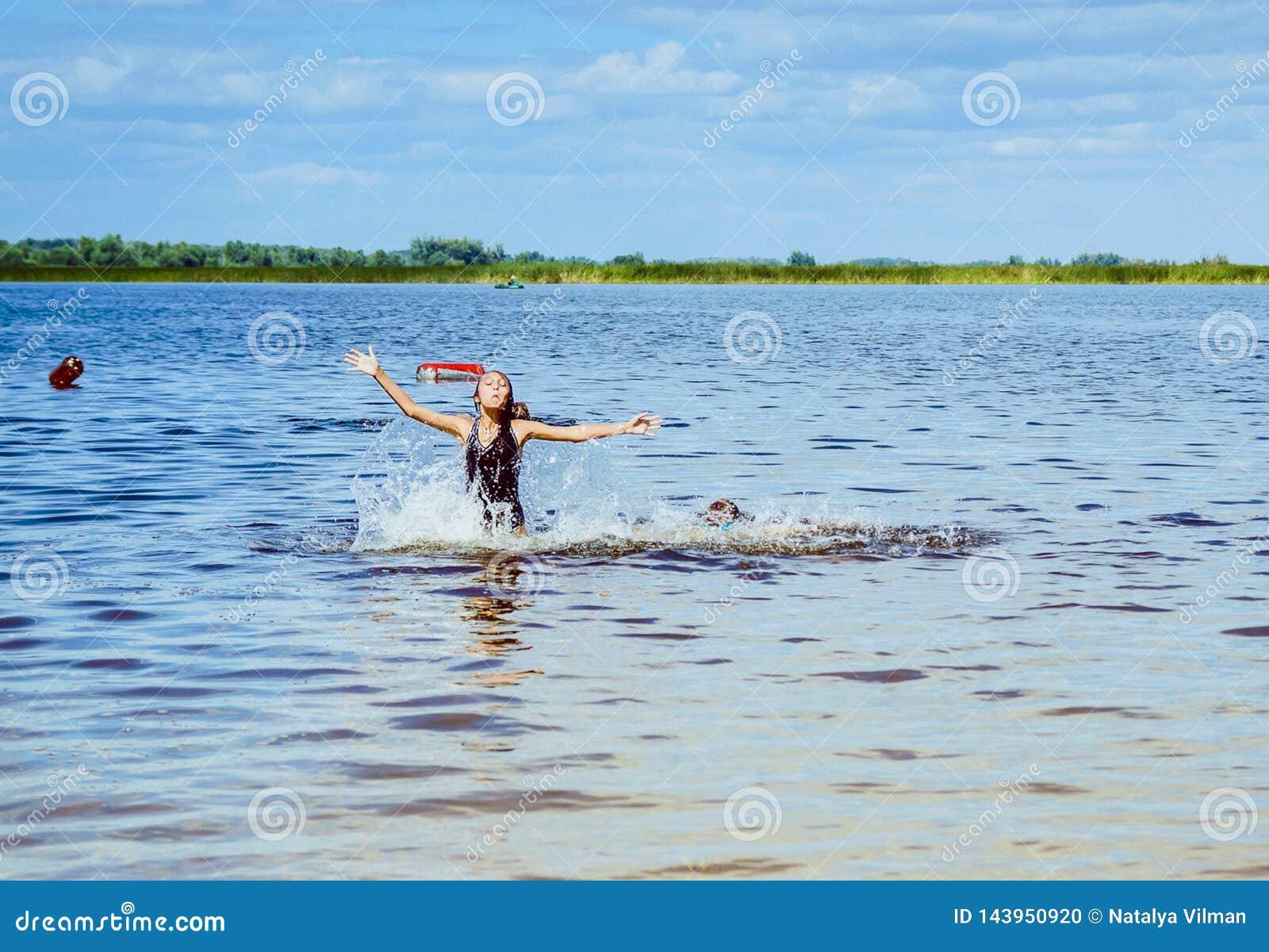 Barnbad i floden Begreppet av en sommarferie
