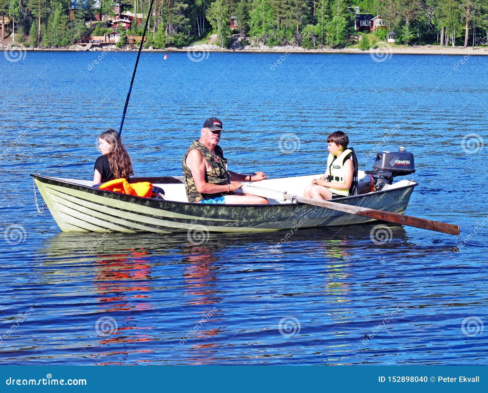 Barnbarn som fiskar med farfadern i Lycksele