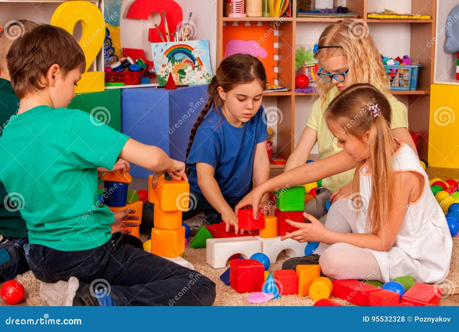 Barnbyggnadskvarter i dagis Gruppungar som spelar leksakgolvet