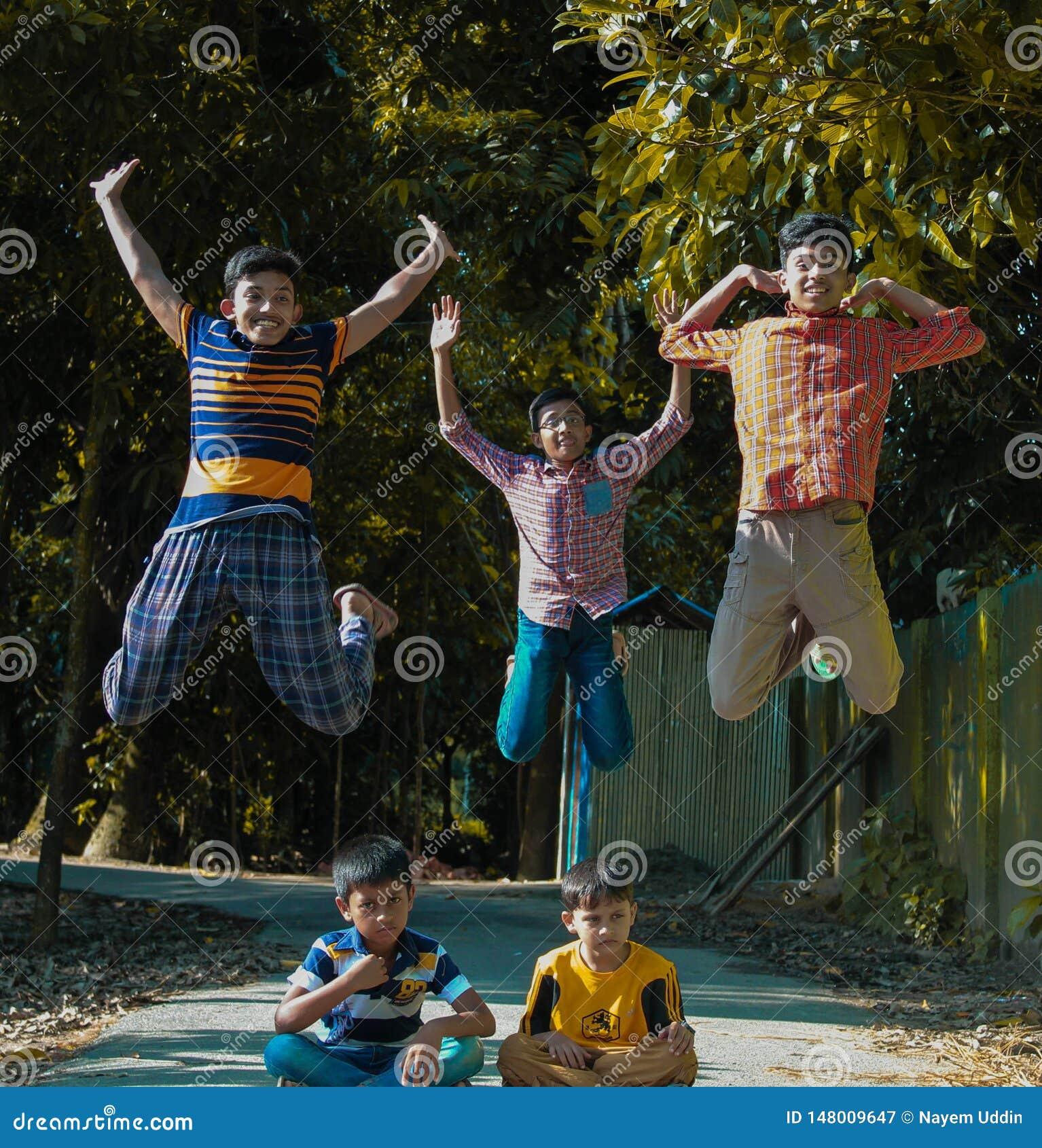 Barndomlycka av det Bangladesh barnet