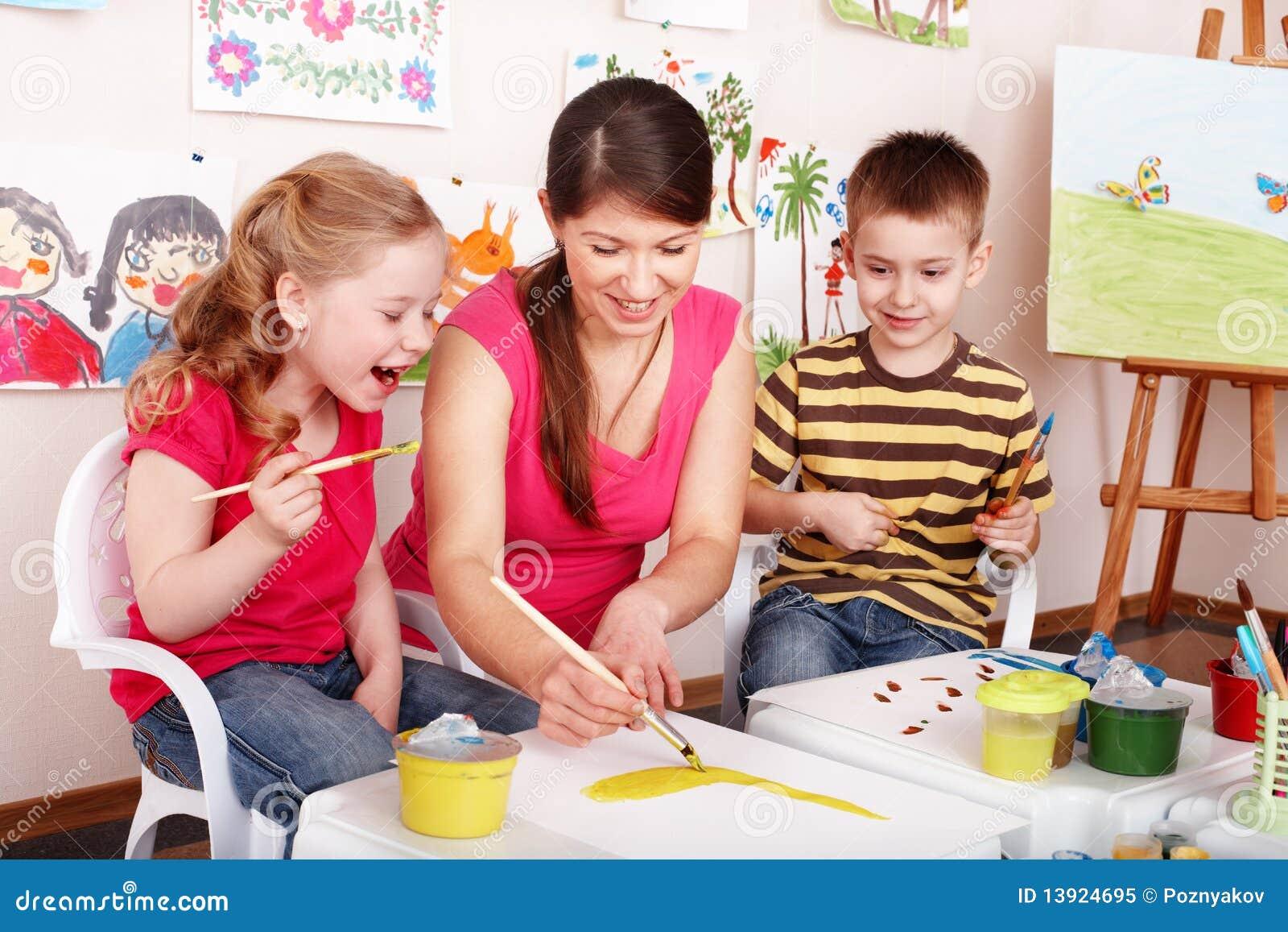 Barndraw målar spelrumlokallärare