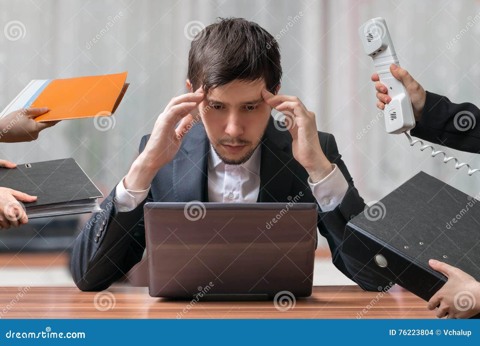 Barnet ämnar, och den tänkande upptagna affärsmannen arbetar med datoren