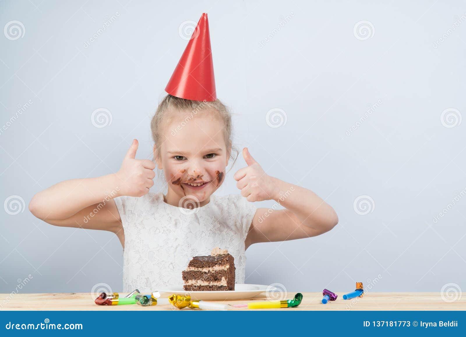 Barnet äter kakan barnfödelsedagfödelsedag