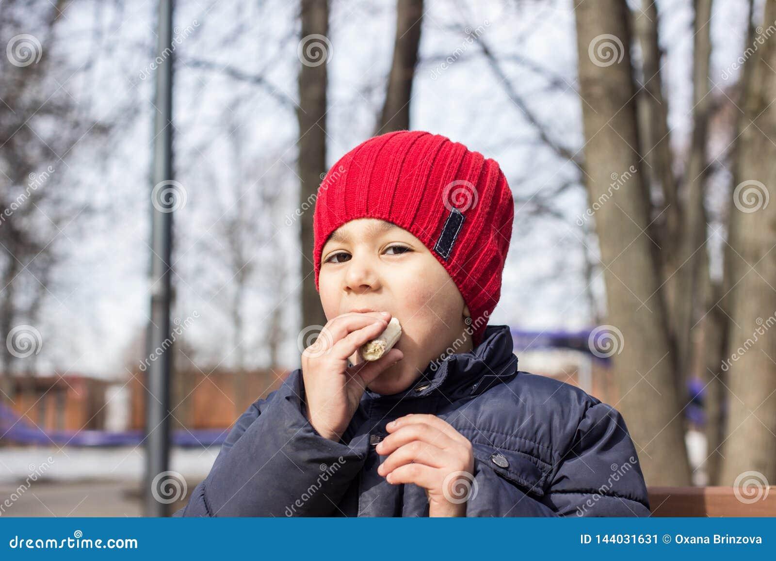 Barnet äter sötman i lekplatsen Emotionell n?rbildst?ende