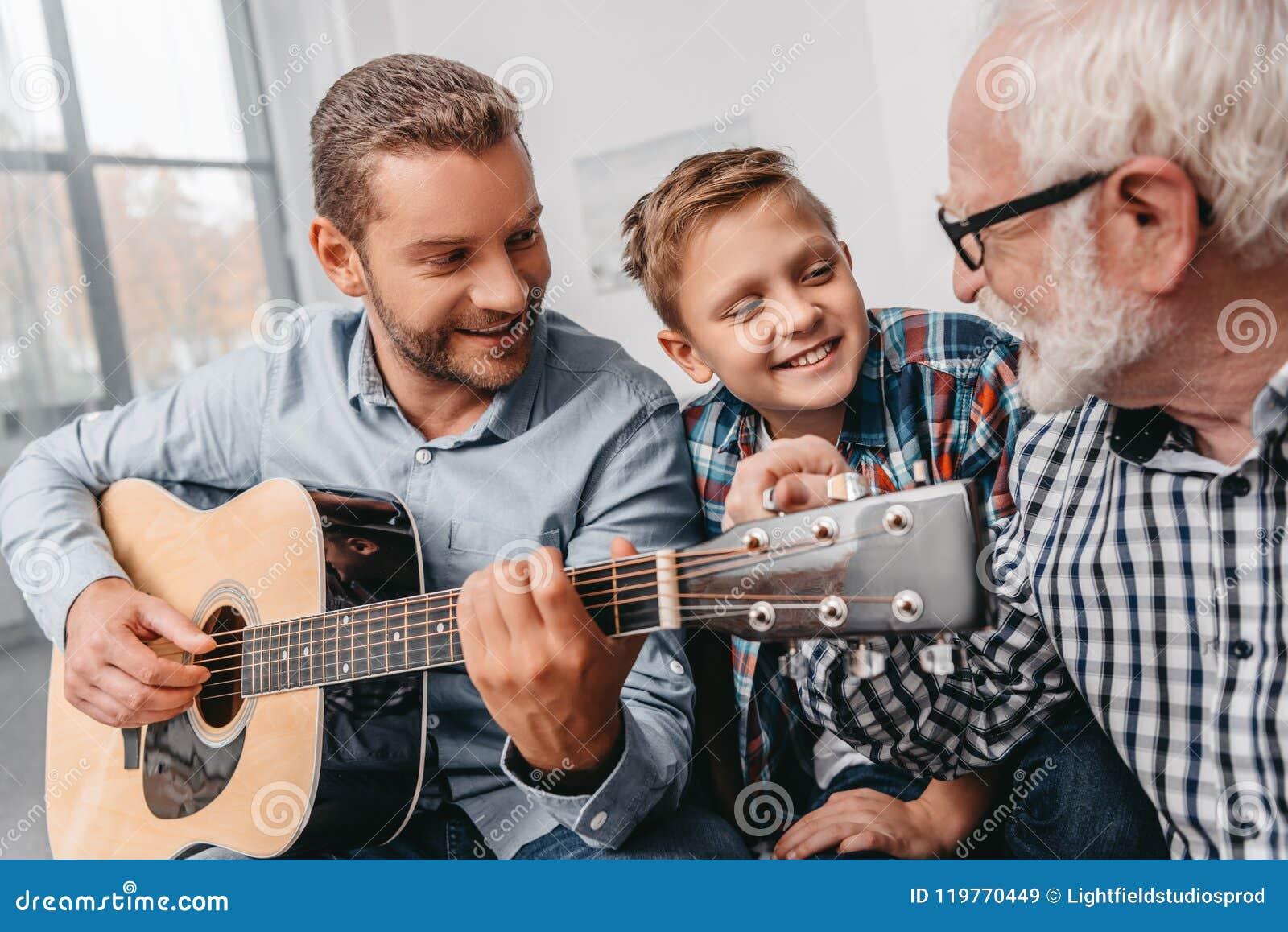 Barnet avlar att spela gitarren, medan den lilla sonen och farfadern är