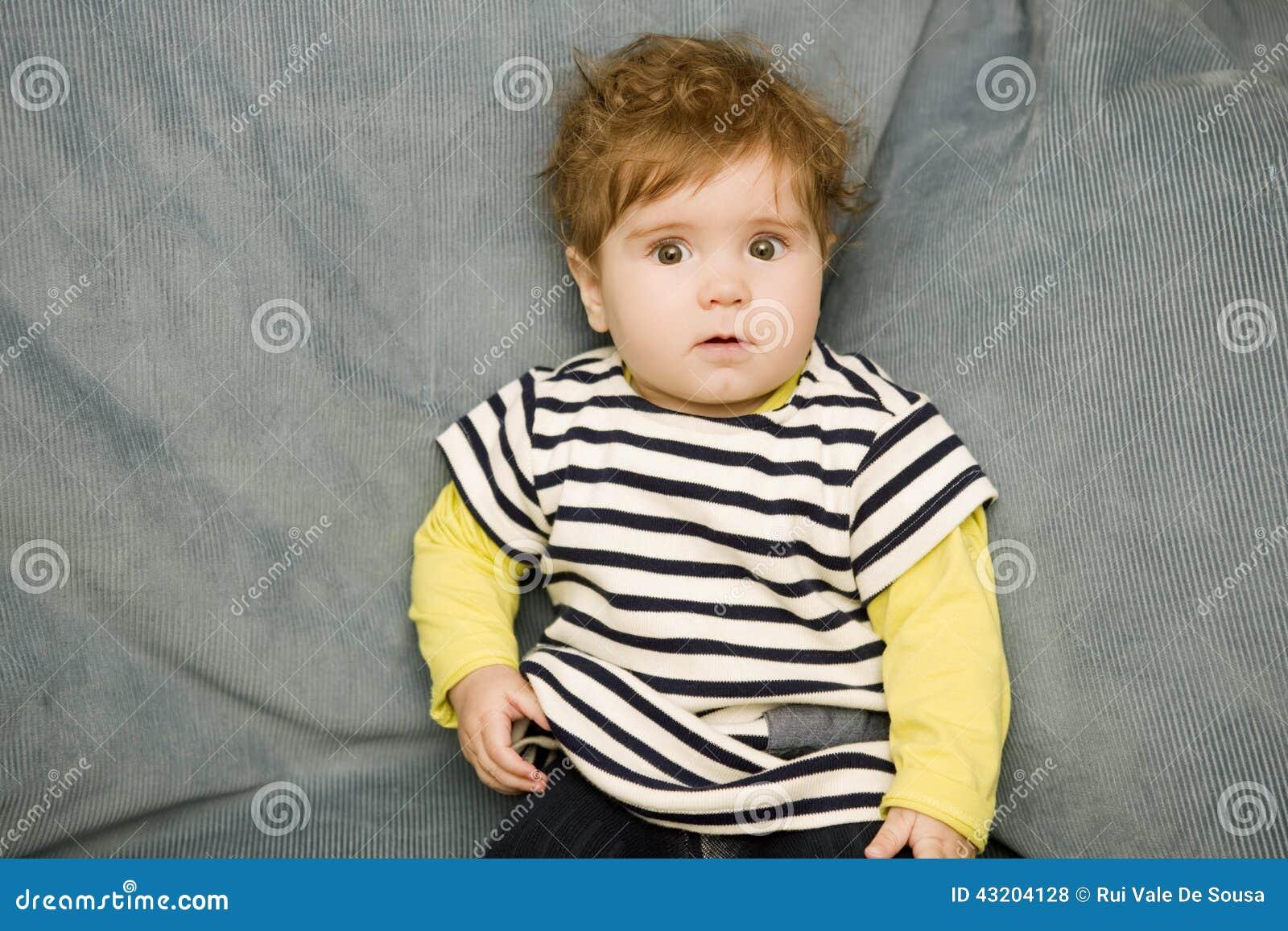 Download Barnet Behandla Som Ett Barn Ståenden Arkivfoto - Bild av modell, inomhus: 43204128
