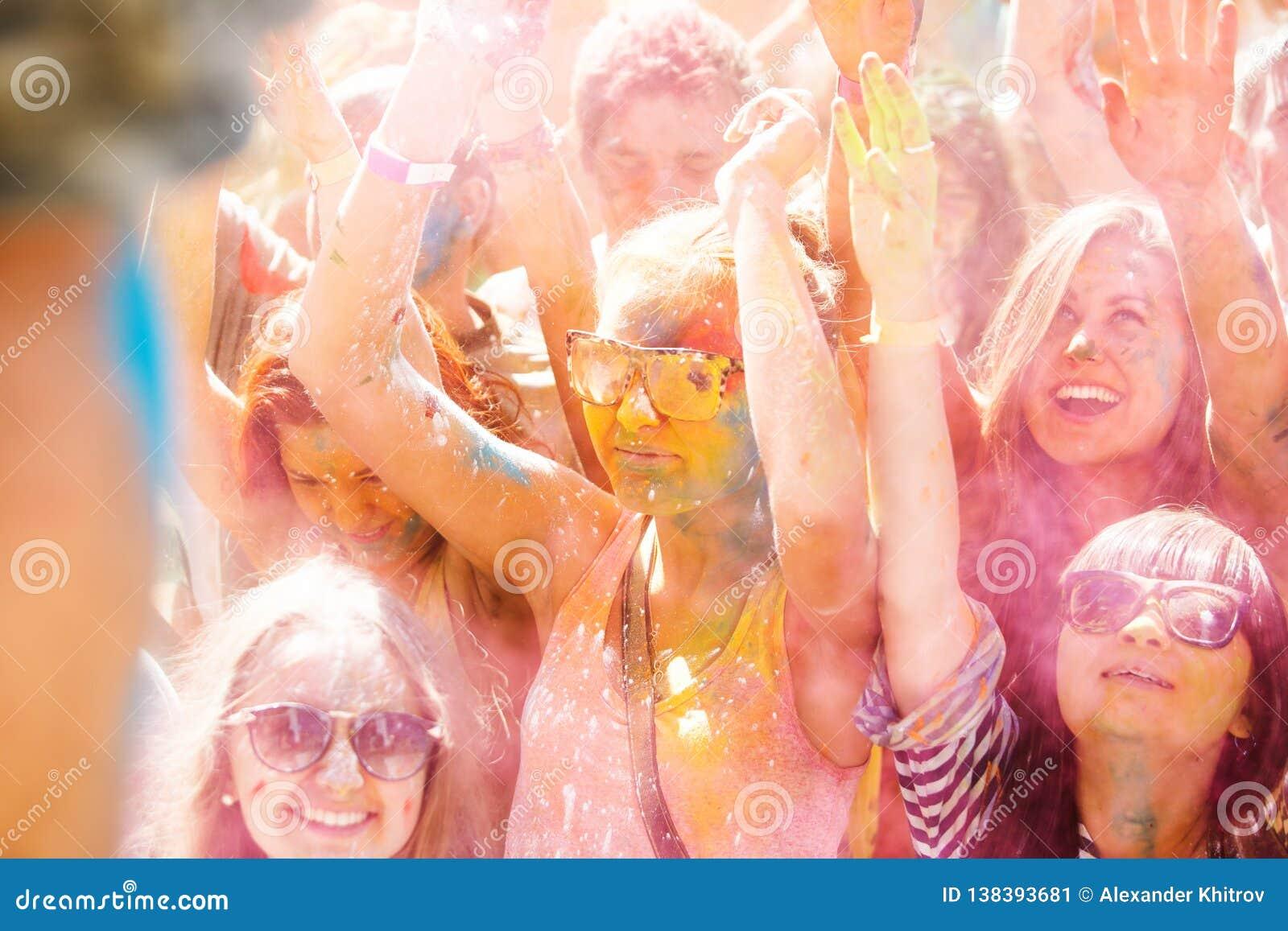 Barnet dekorerat folk deltar i den Holi festivalen av färger i Vladivostok