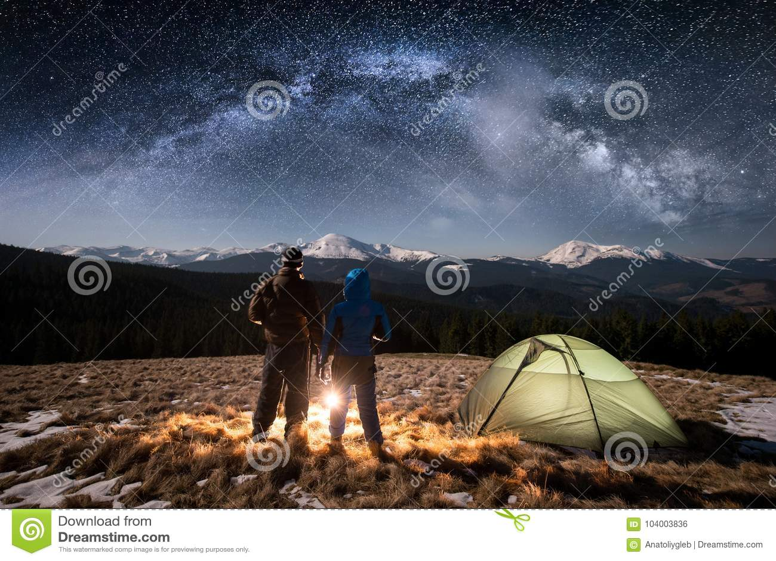 Barnet för bakre sikt kopplar ihop turister som har en vila i campa på nigh under natthimmel mycket av stjärnor och den mjölkakti
