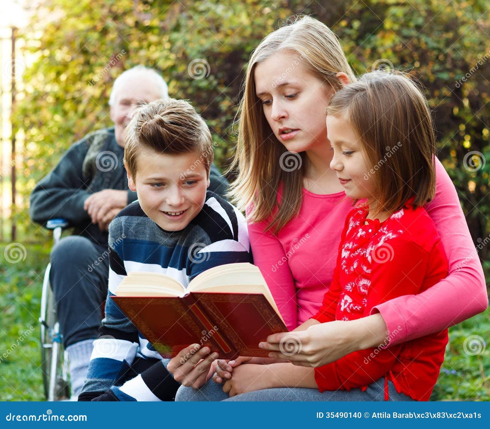 Barnet fostrar att berätta en berättelse