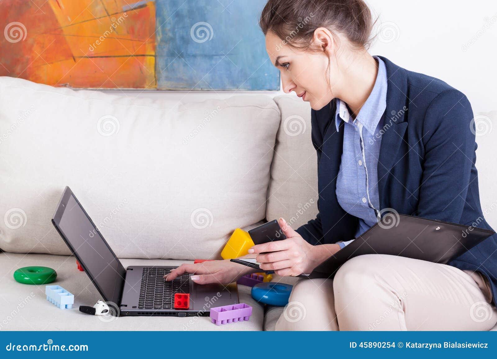 Barnet fostrar genom att använda bärbara datorn för att arbeta hemma