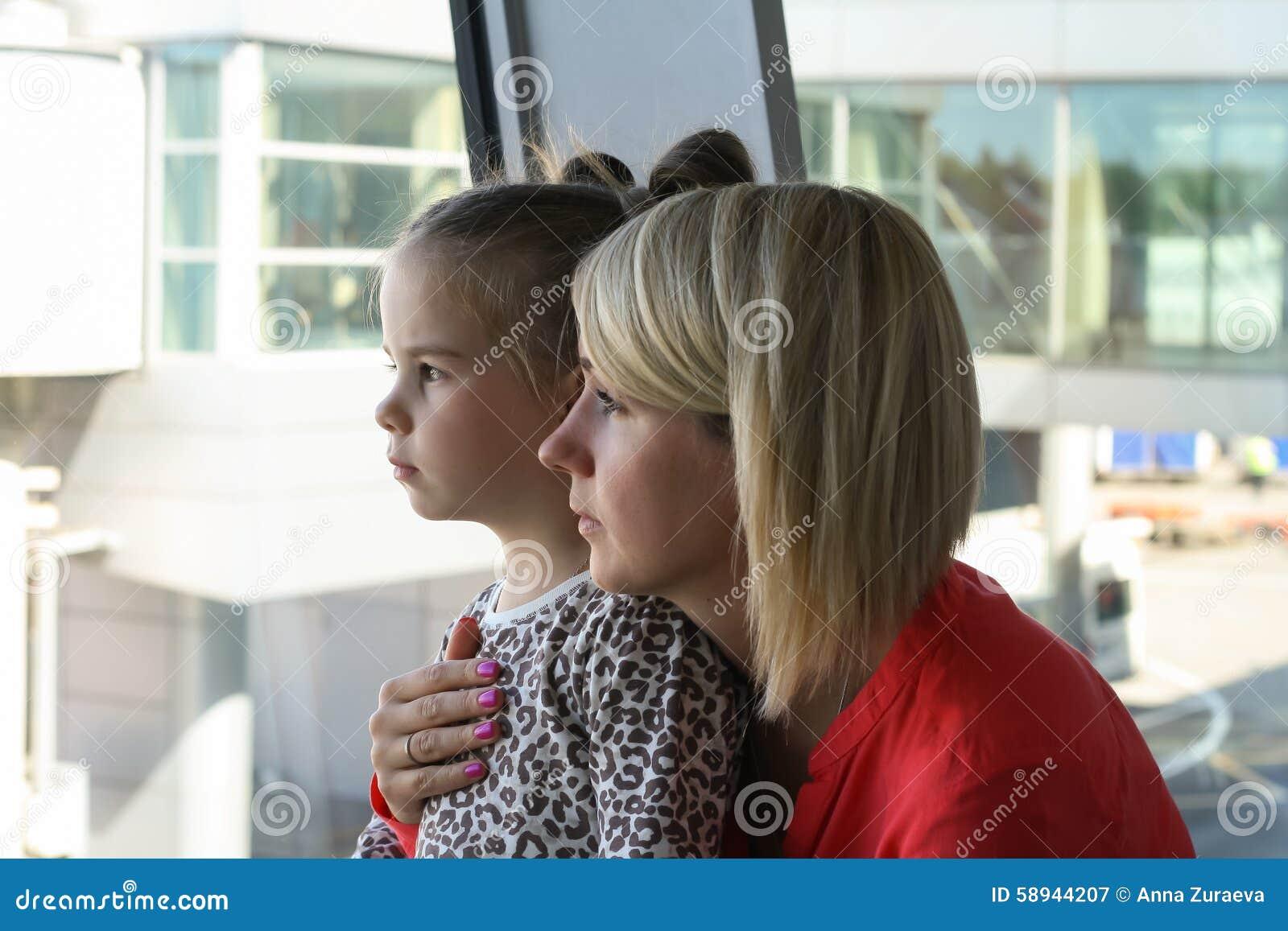 Barnet fostrar och hennes väntande flygplan för dottern i flygplats