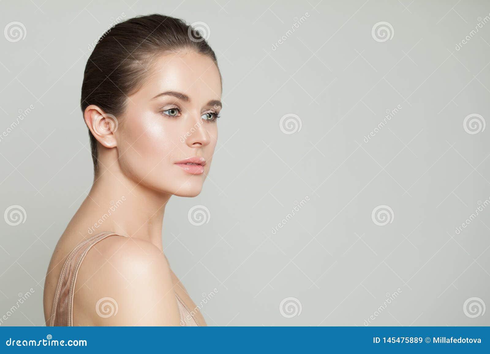 Barnet g?r perfekt den kvinnliga framsidan Sund modell med klar hud p? gr? banerbakgrund