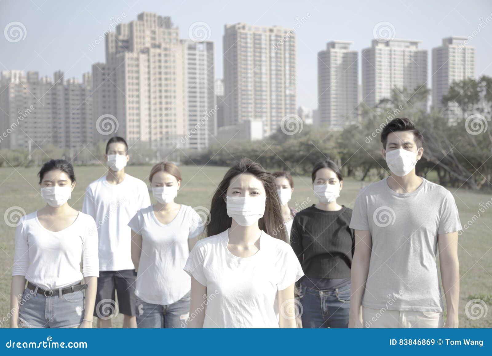 Barnet grupperar den bärande munmaskeringen mot luftförorening i stad