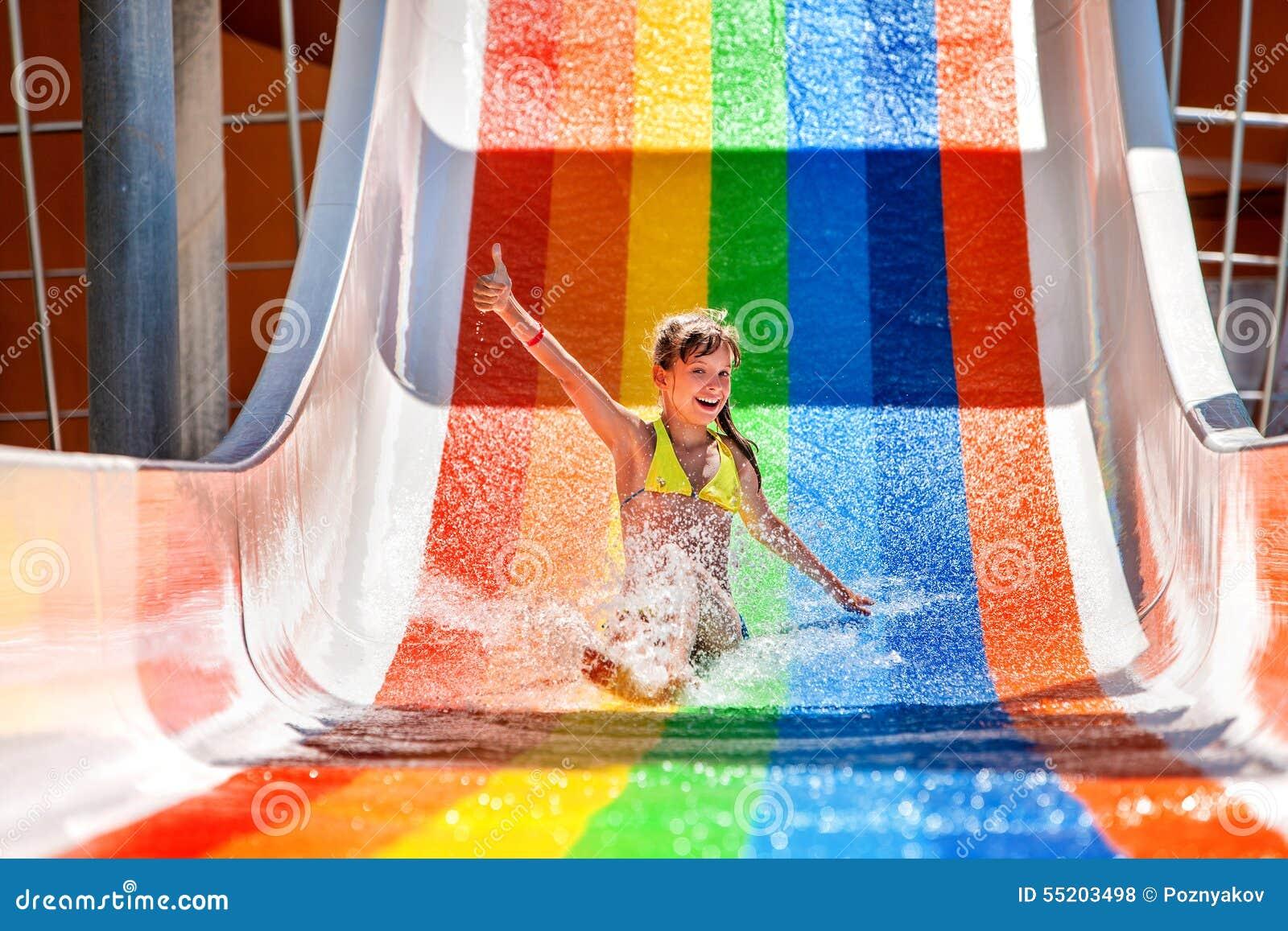 Barnet i bikinin som glider vatten, parkerar