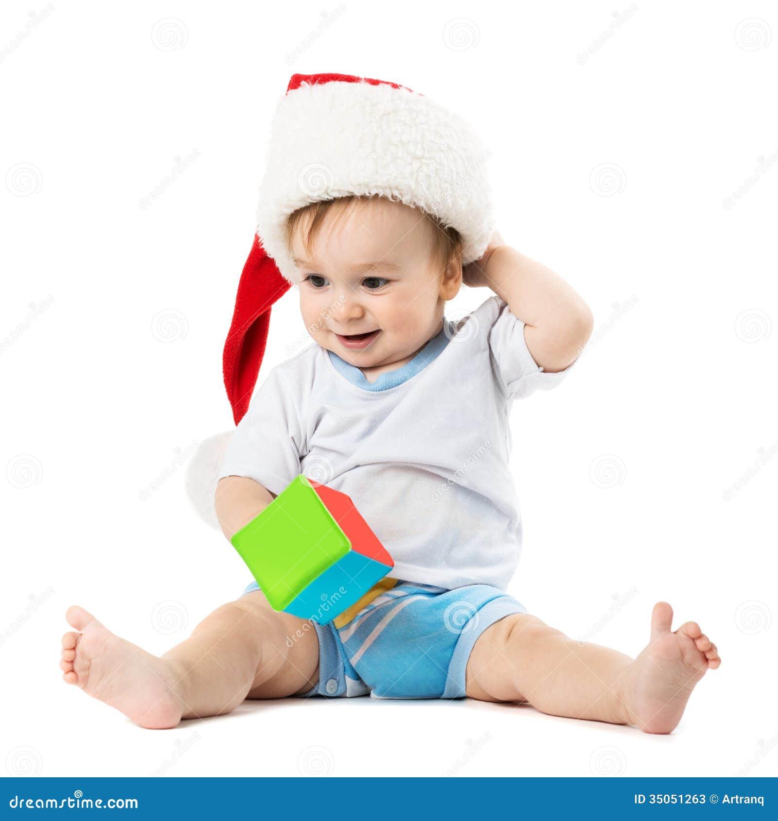 Barnet i en hatt santa skrapar hans huvud