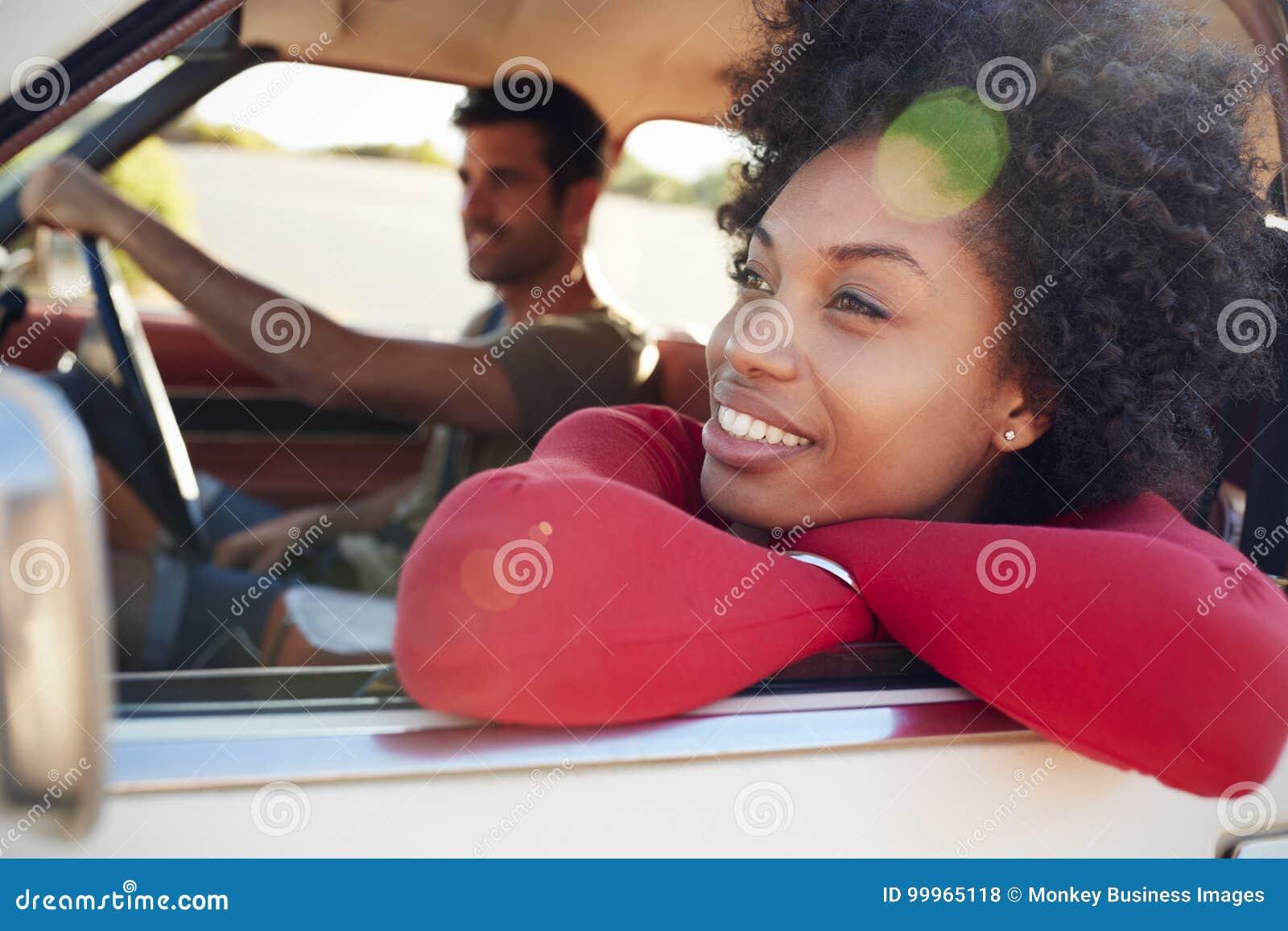 Barnet kopplar ihop att koppla av i bil under vägtur