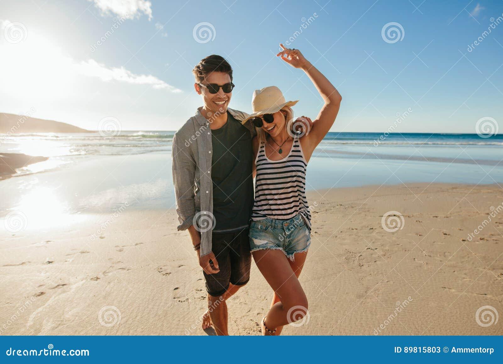 Barnet kopplar ihop förälskat tycka om på stranden