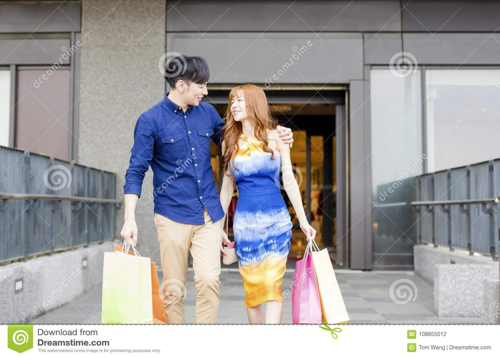 Barnet kopplar ihop med shoppingpåsar som går i galleria