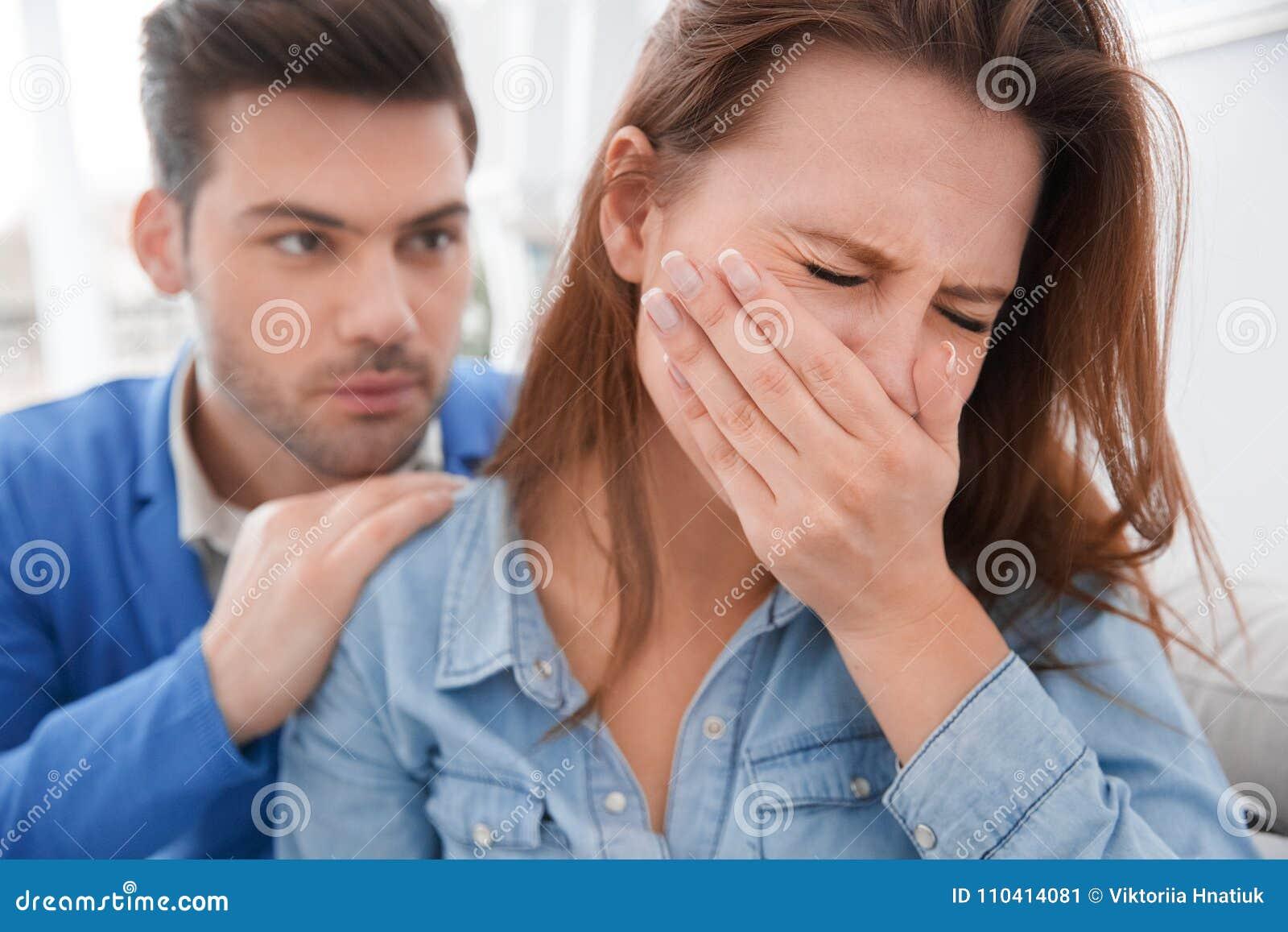 Barnet kopplar ihop väntande på gråta för flicka för problem för psykologiperiodsfamilj som är desperat