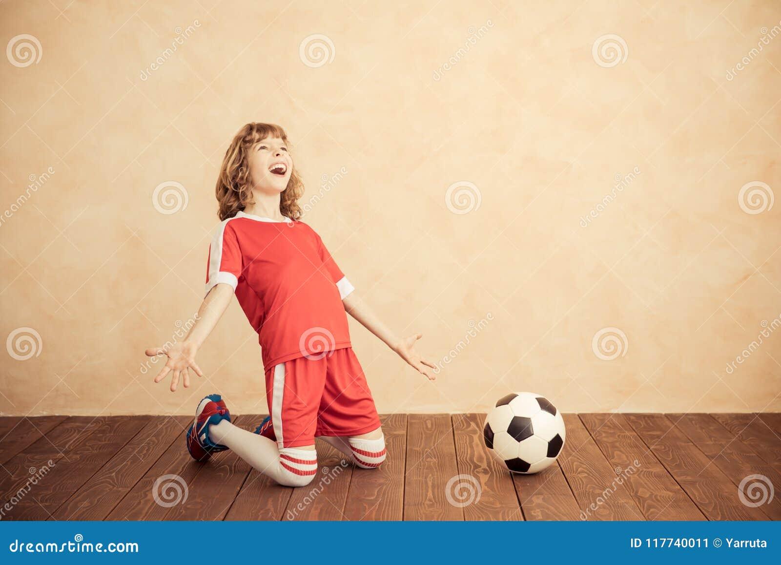 Barnet låtsar för att vara en fotbollspelare