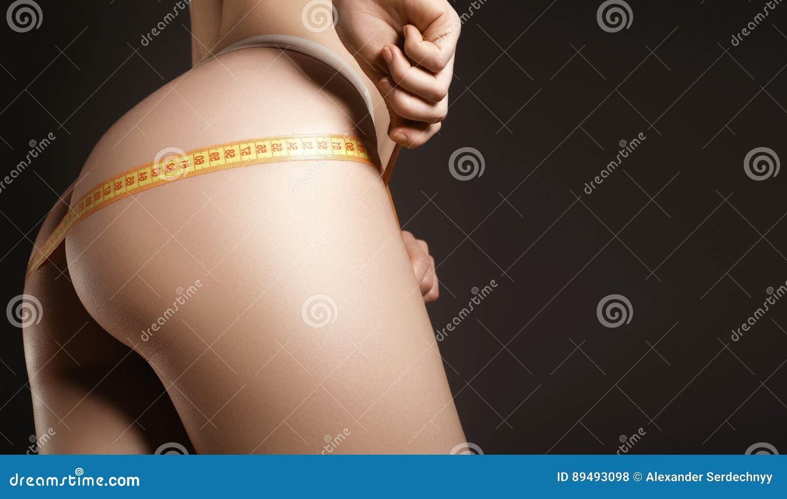 Barnet modellerar med sportdiagramet som mäter hennes höfter Banta modellerar mig