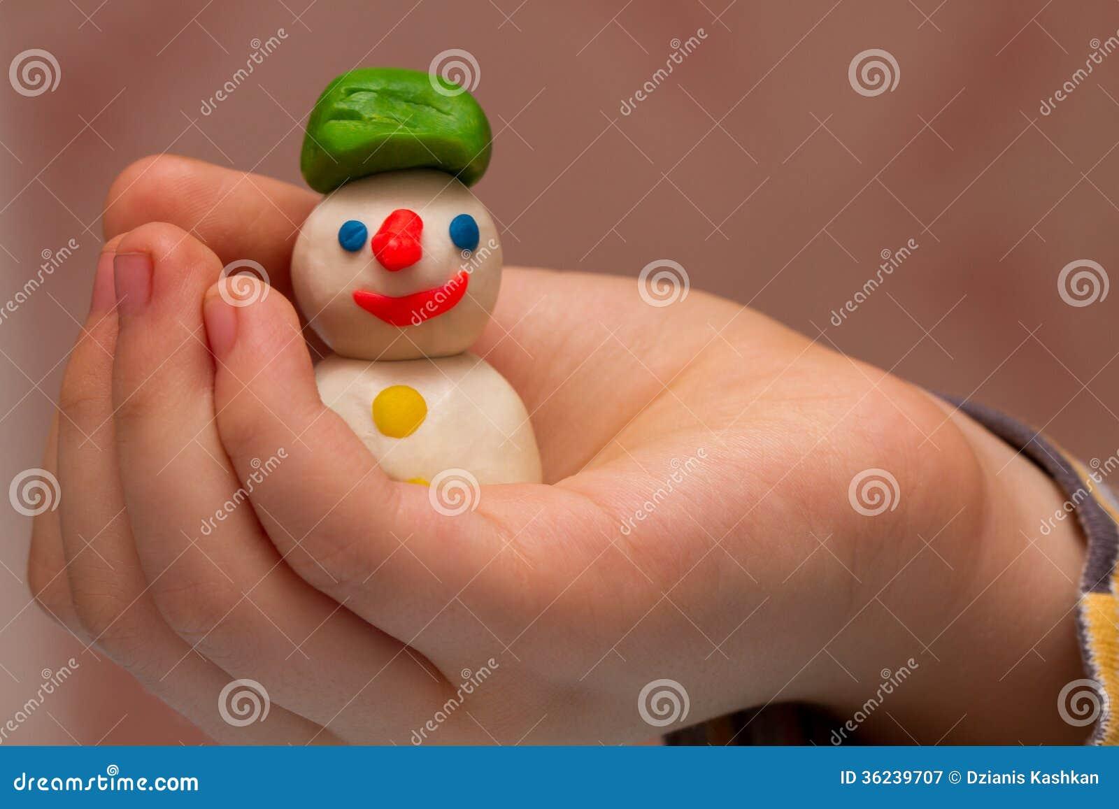 Barnet modellerar snögubben