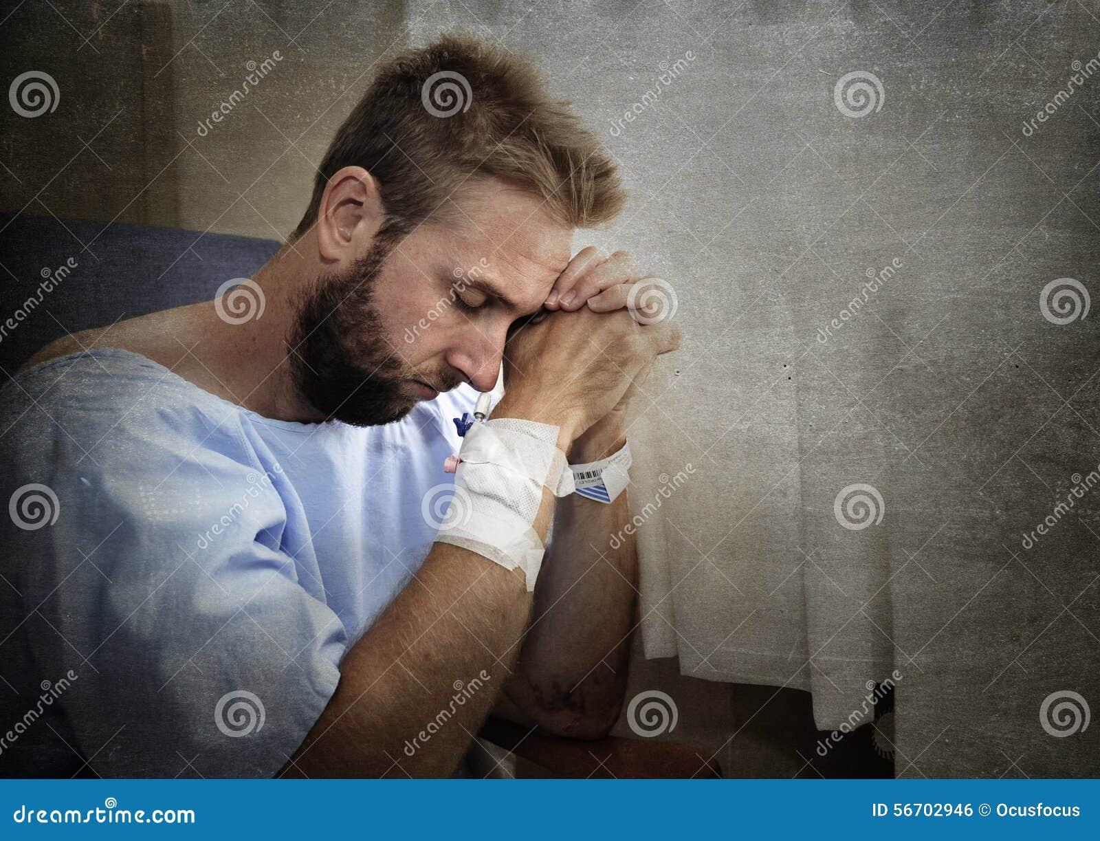 Barnet sårade mannen i sjukhusrum som bara sitter i, smärtar bekymrat för hans vård- villkor