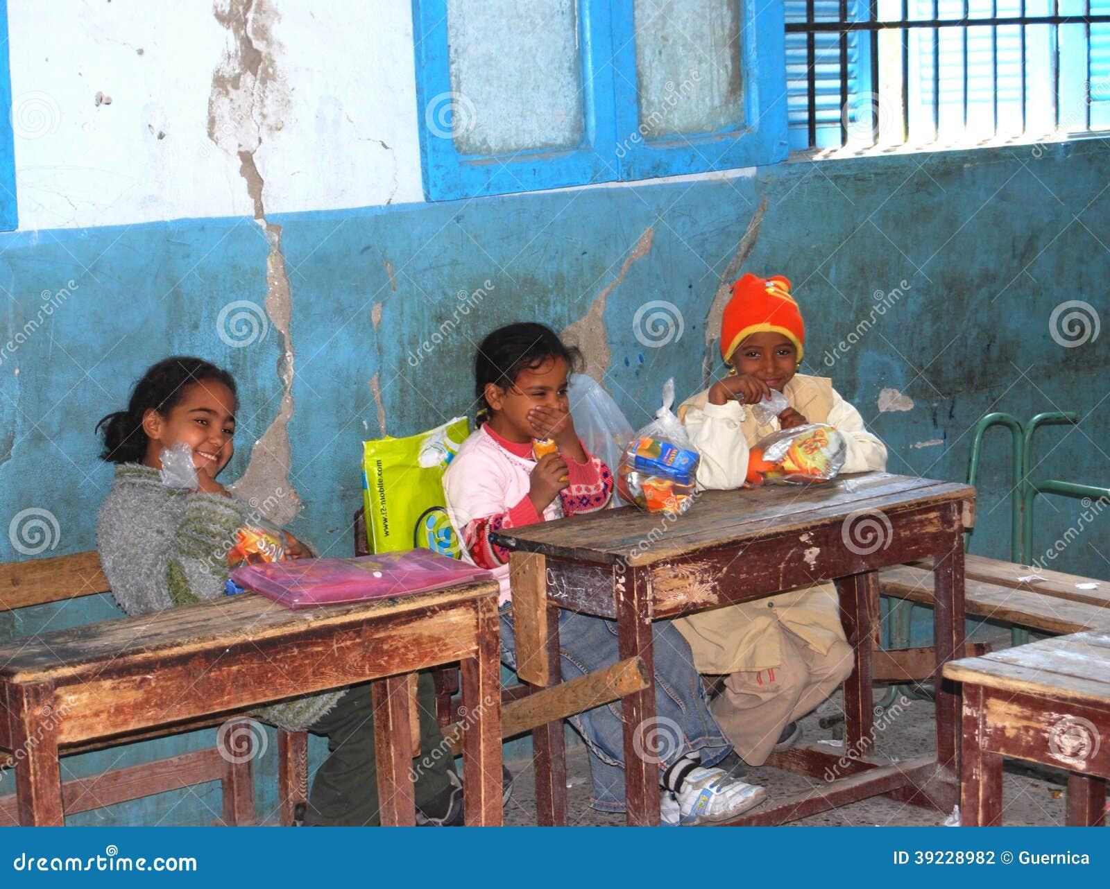 Sitter på deras skivor på skolan i egypten redaktionell arkivbild