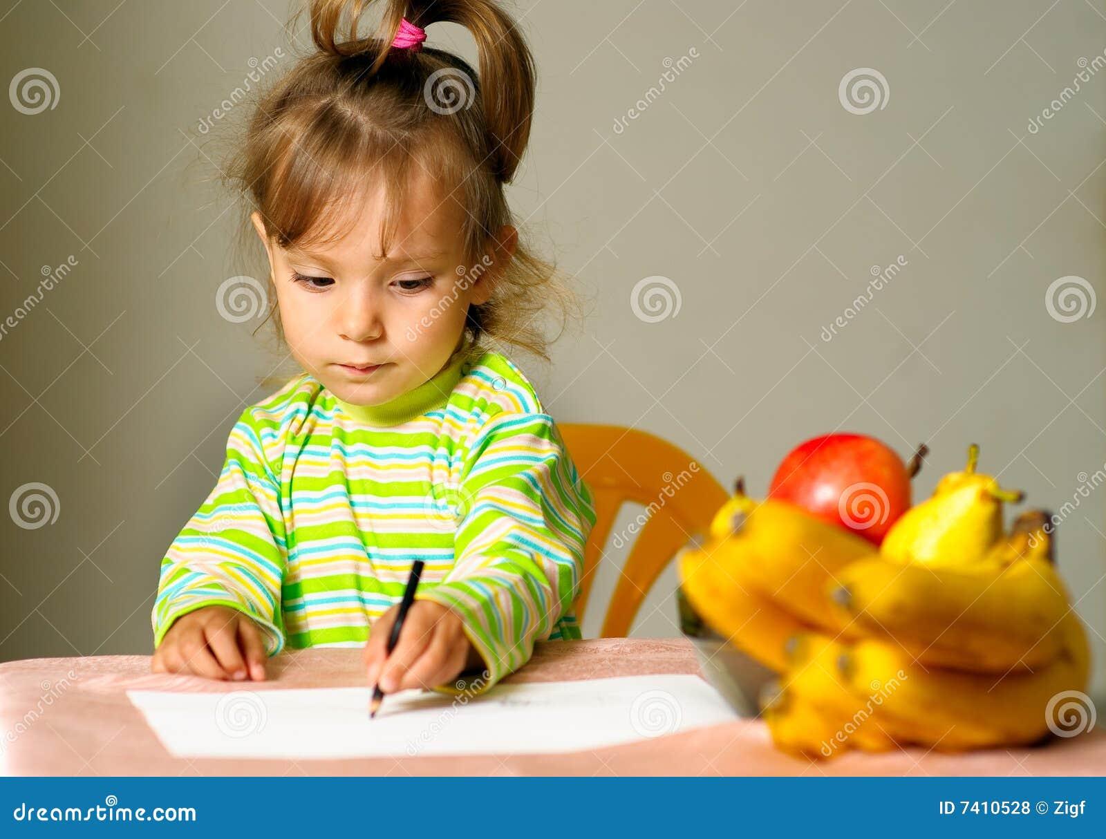 Barnet tecknar frukt