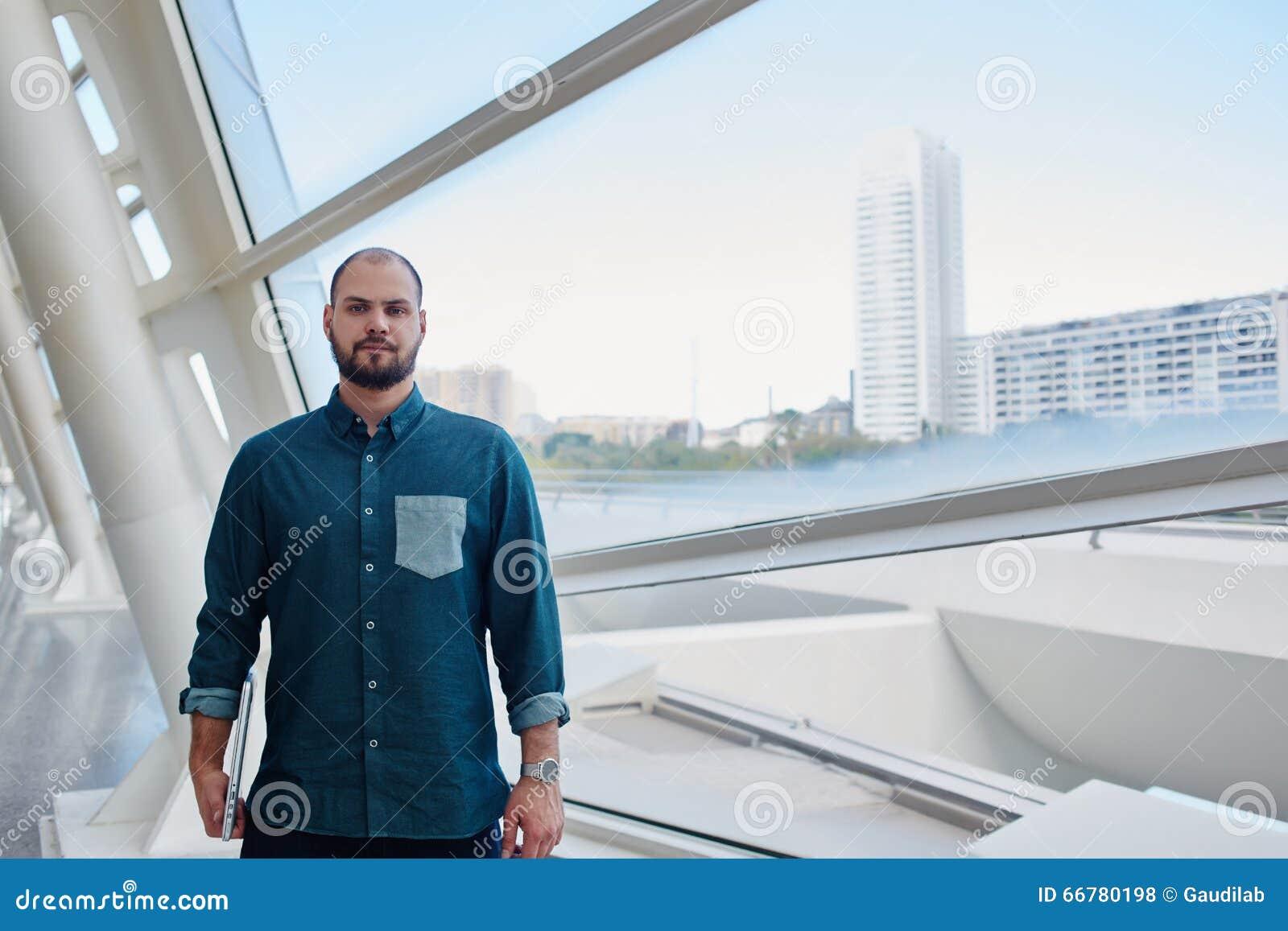 Barnet uppsökte mannen med allvarligt framsidaanseende i hall nära stort fönster med stadssikt
