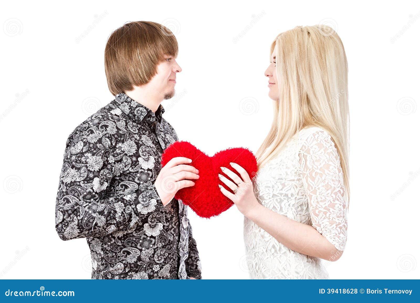 Barnförälskelsepar som rymmer röda valentin hjärta