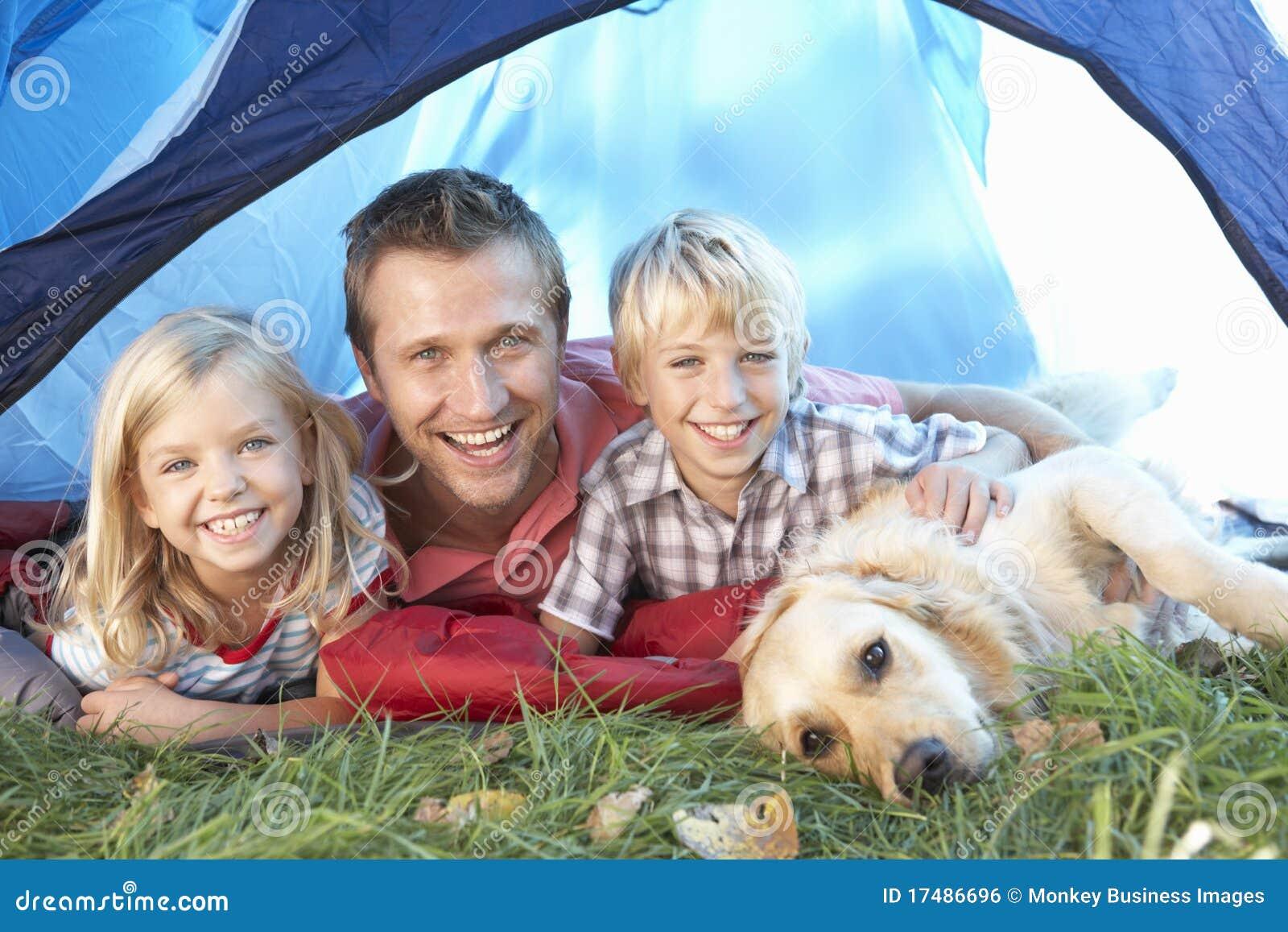Barnfadern poserar tentbarn