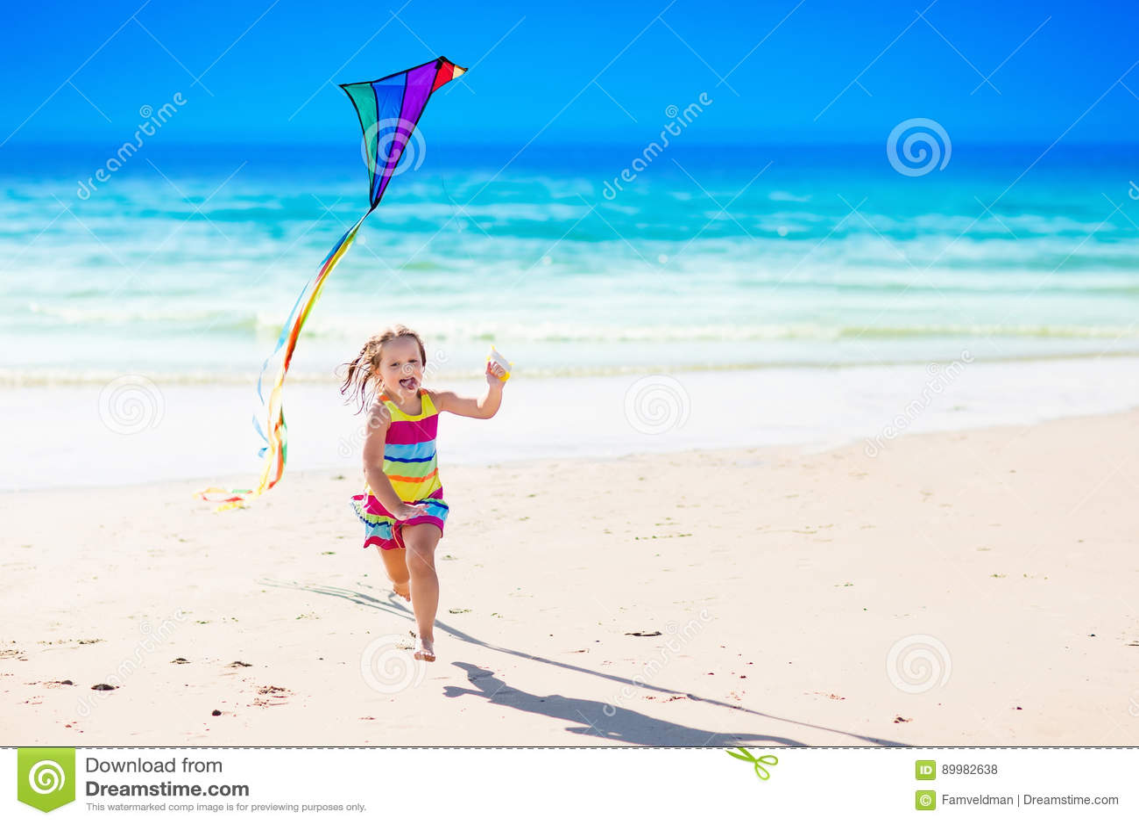 Barnflygdrake på den tropiska stranden