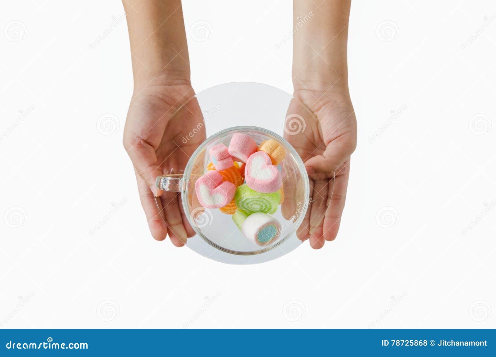 Barnhand på jellys i koppisolat på vit bakgrund