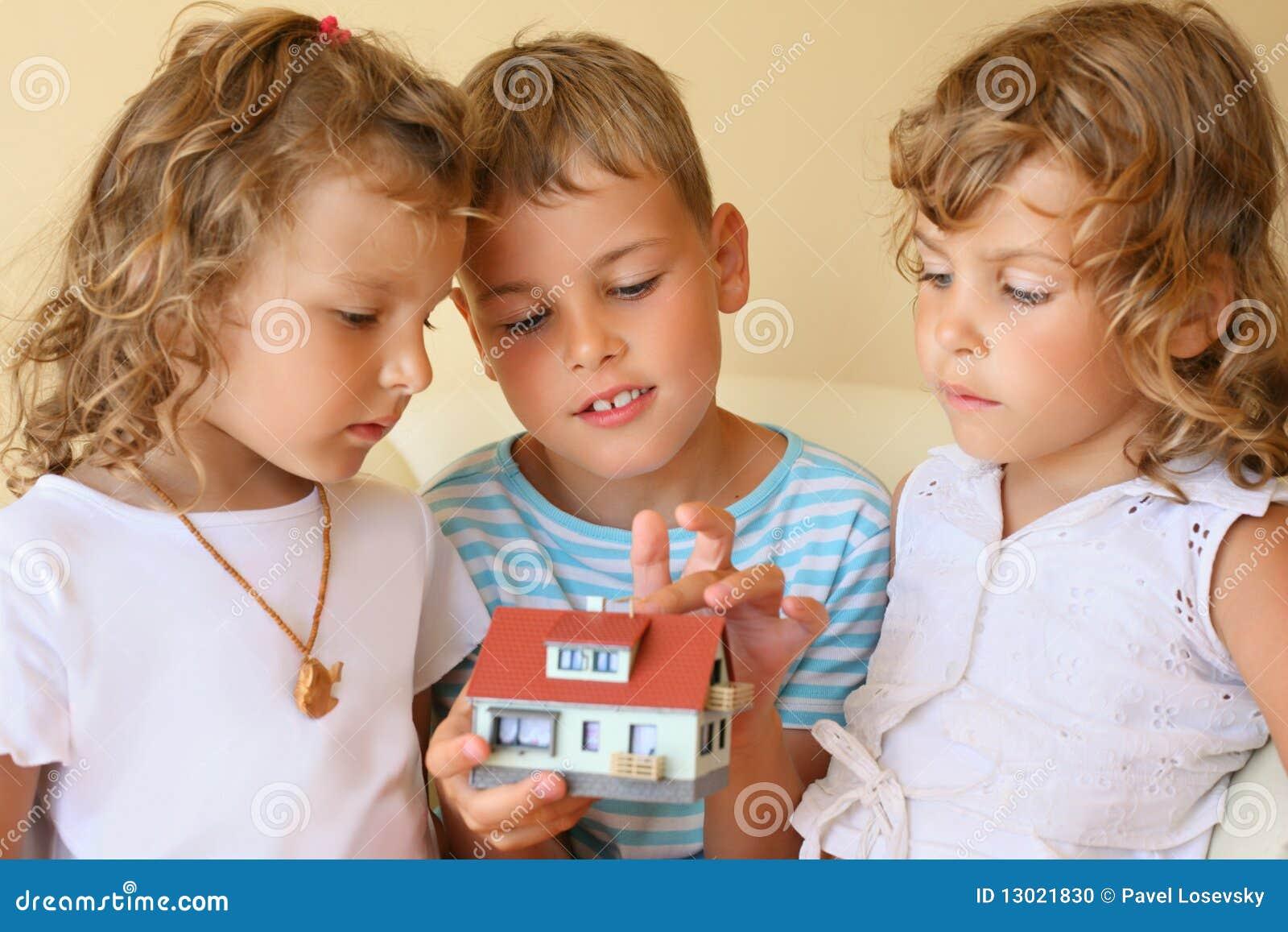 Barnhandhus som tillsammans håller modellen
