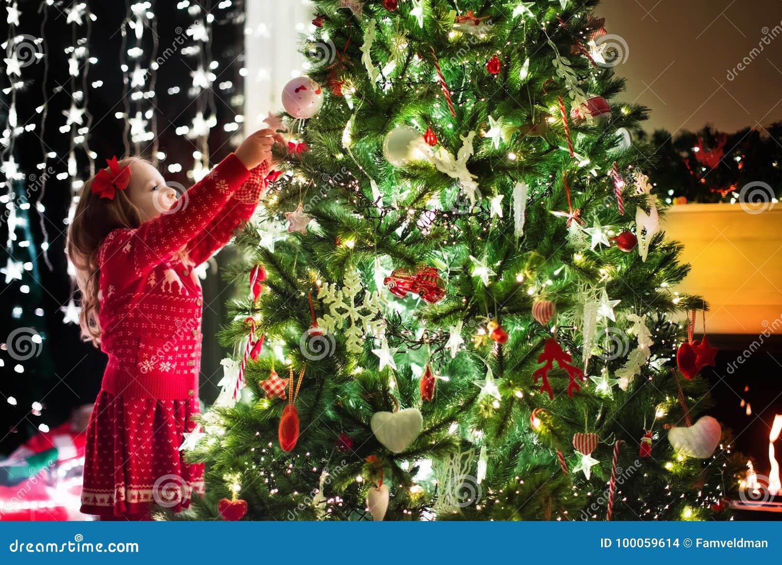 Barnjul som dekorerar treen Xmas för ungar
