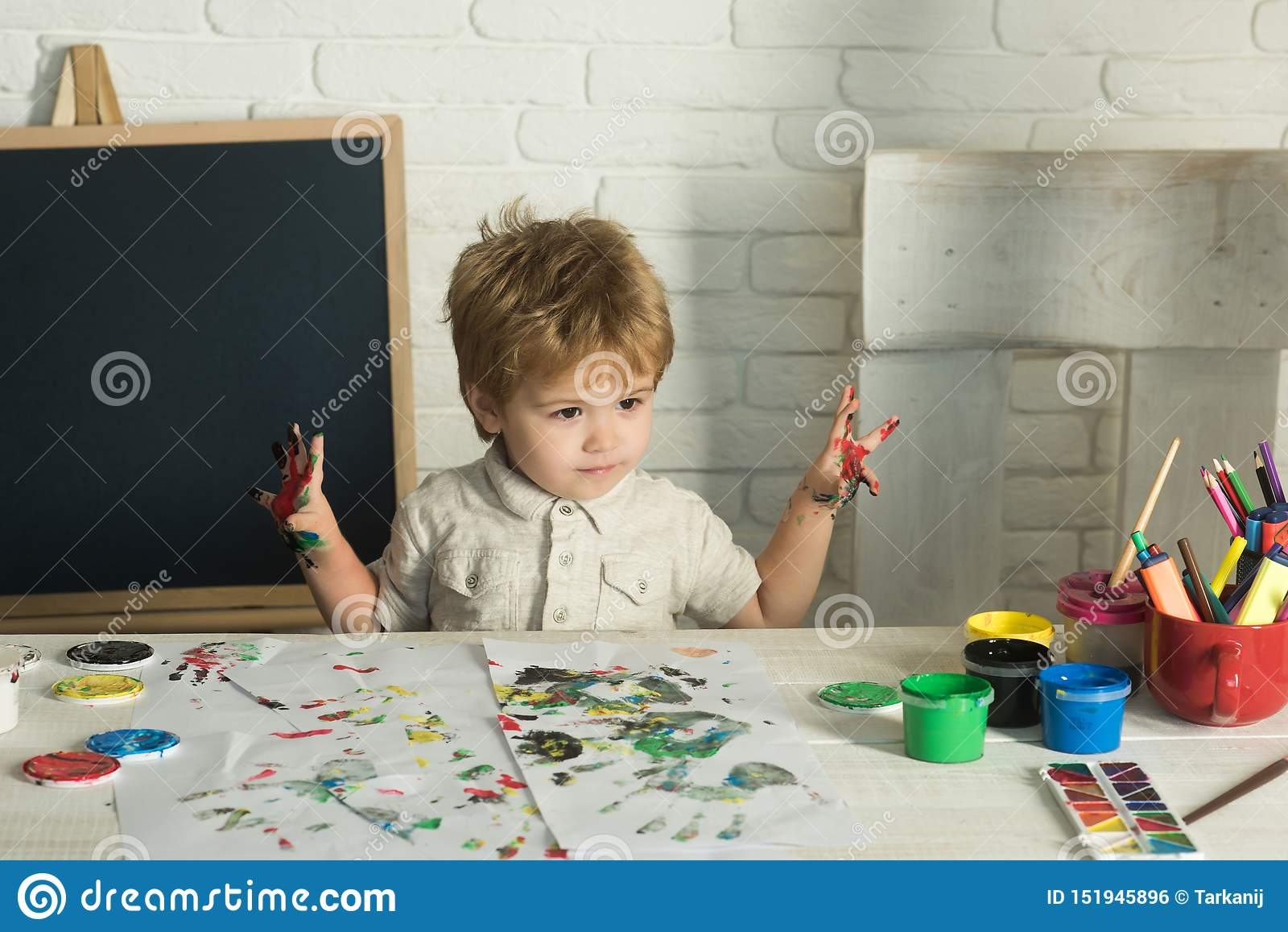 Barnkonst lycklig m?lning Barnet förbereder sig för skola Pojke med m?larf?rger