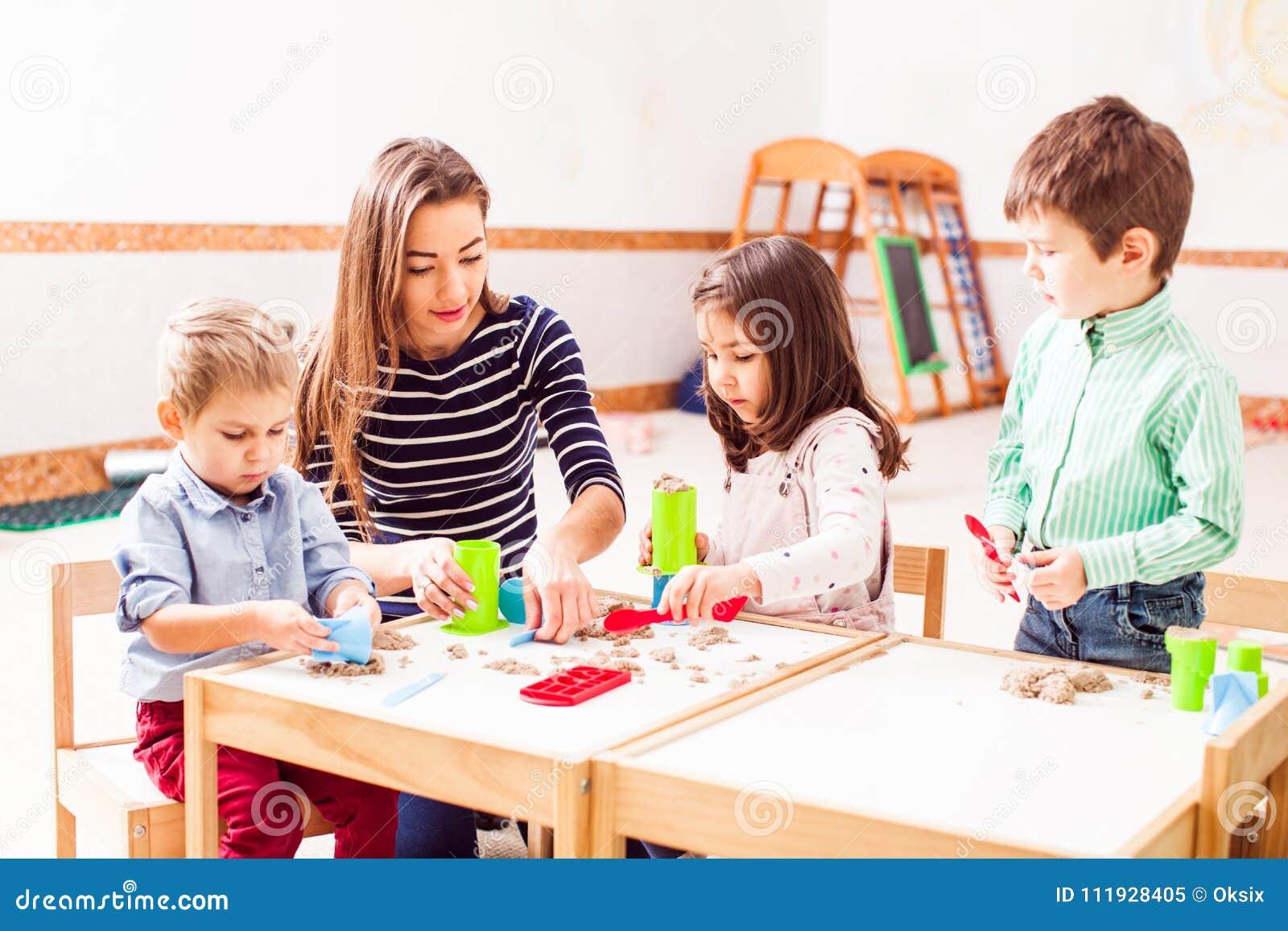 Barnlek med kinetisk sand
