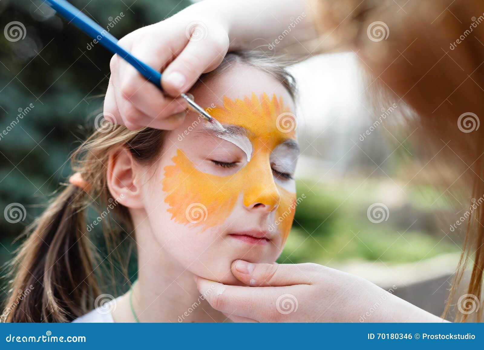 Barnmålningprocess på flickas framsida