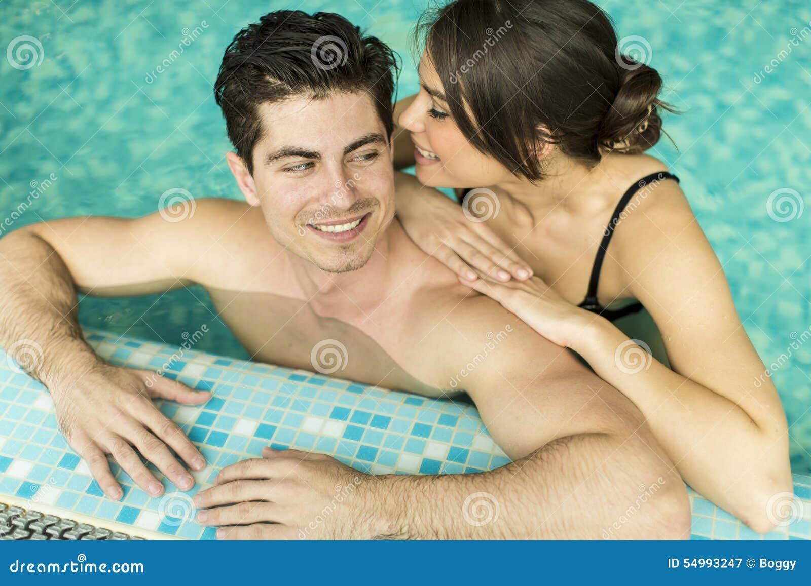Barnpar i simbassängen