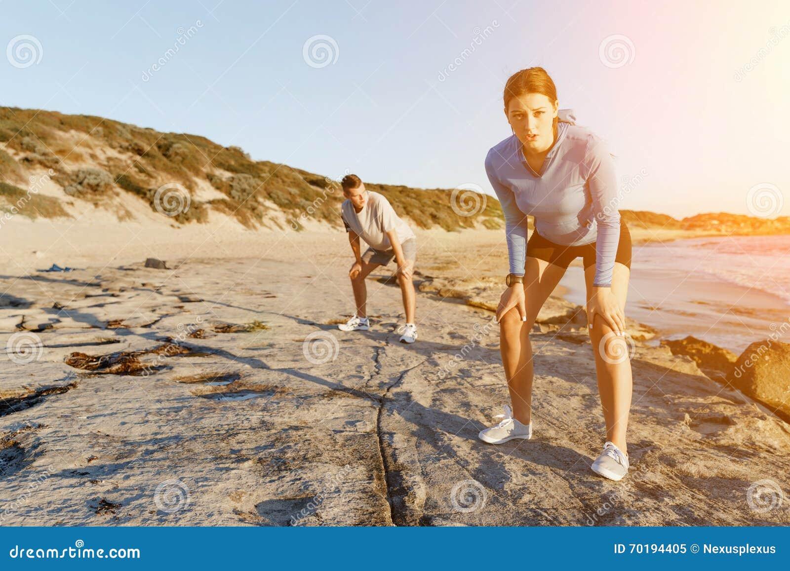 Barnpar på stranden som tillsammans utbildar