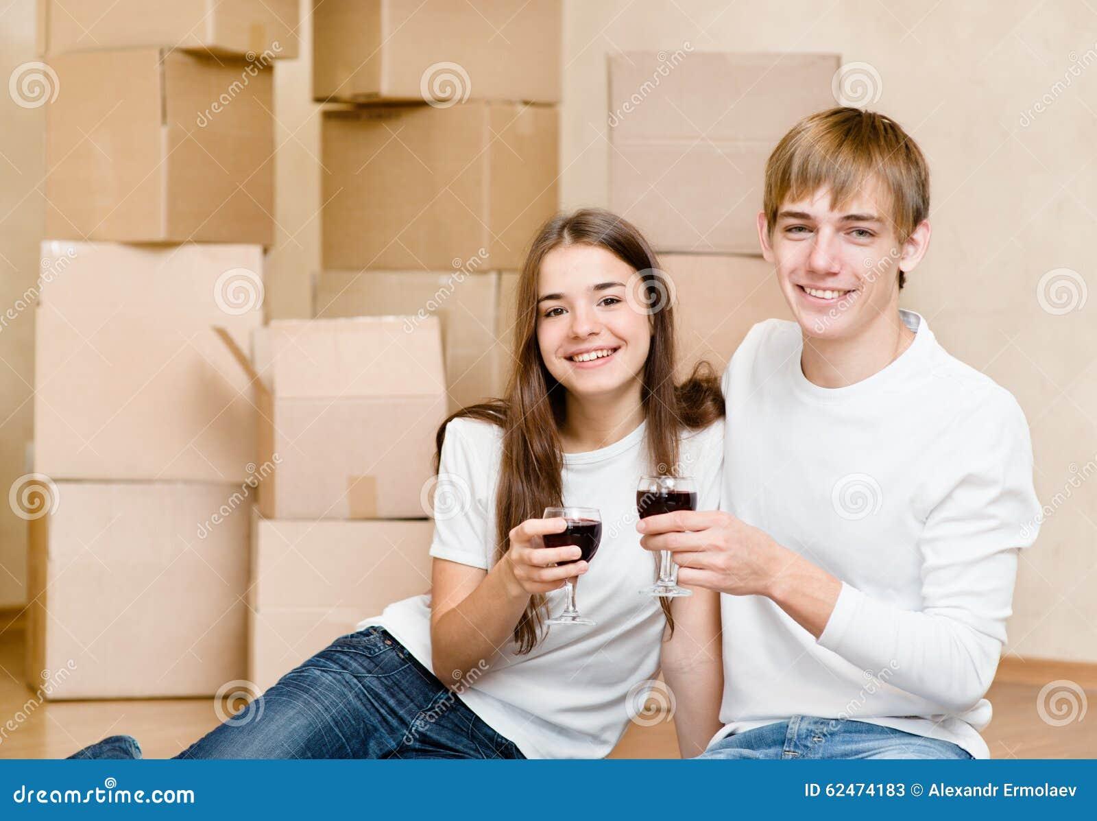 Barnpar som firar att flytta sig till det nya hemmet
