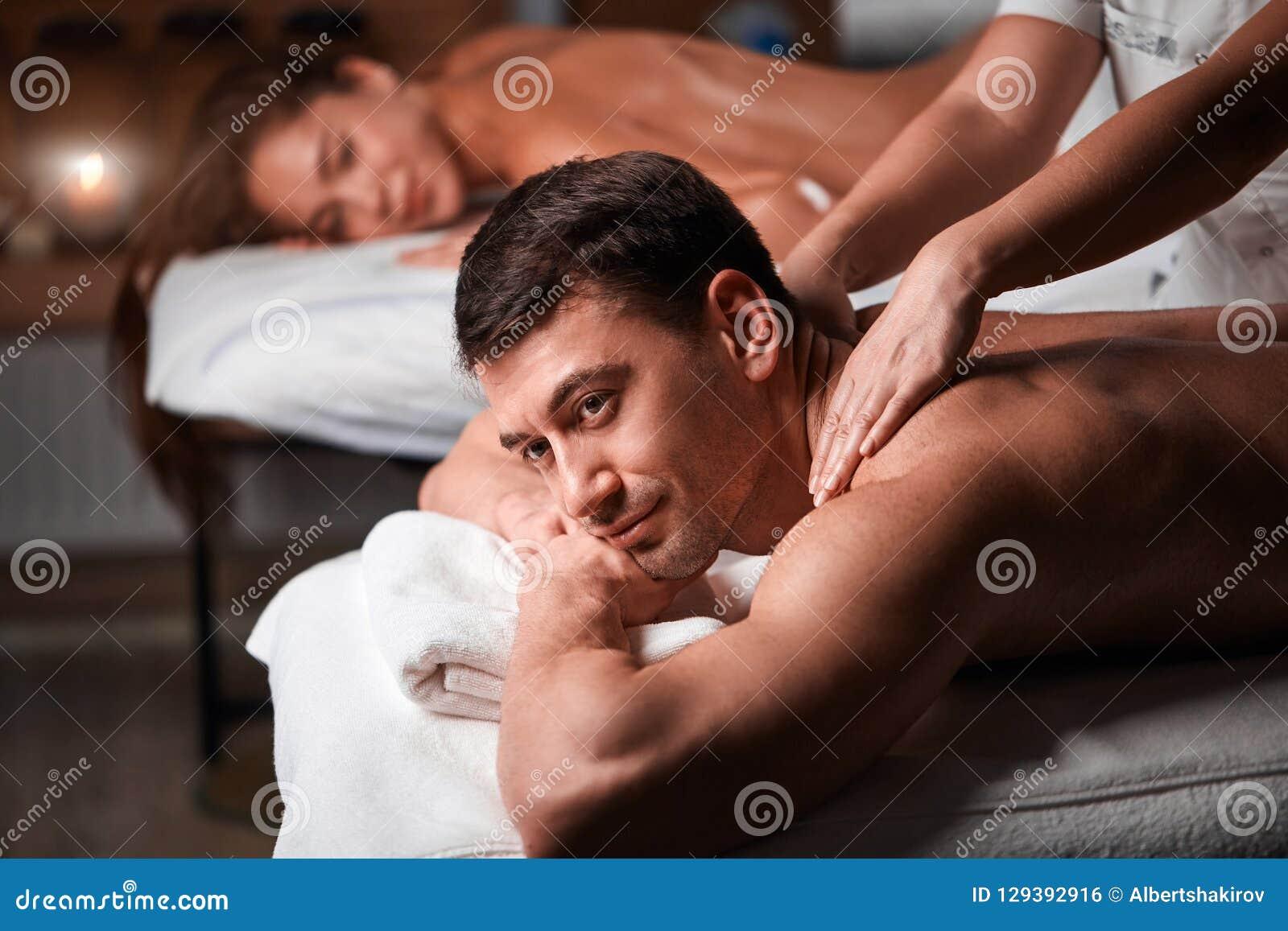 Barnpar som mottar en tillbaka massage i en Spa, centrerar