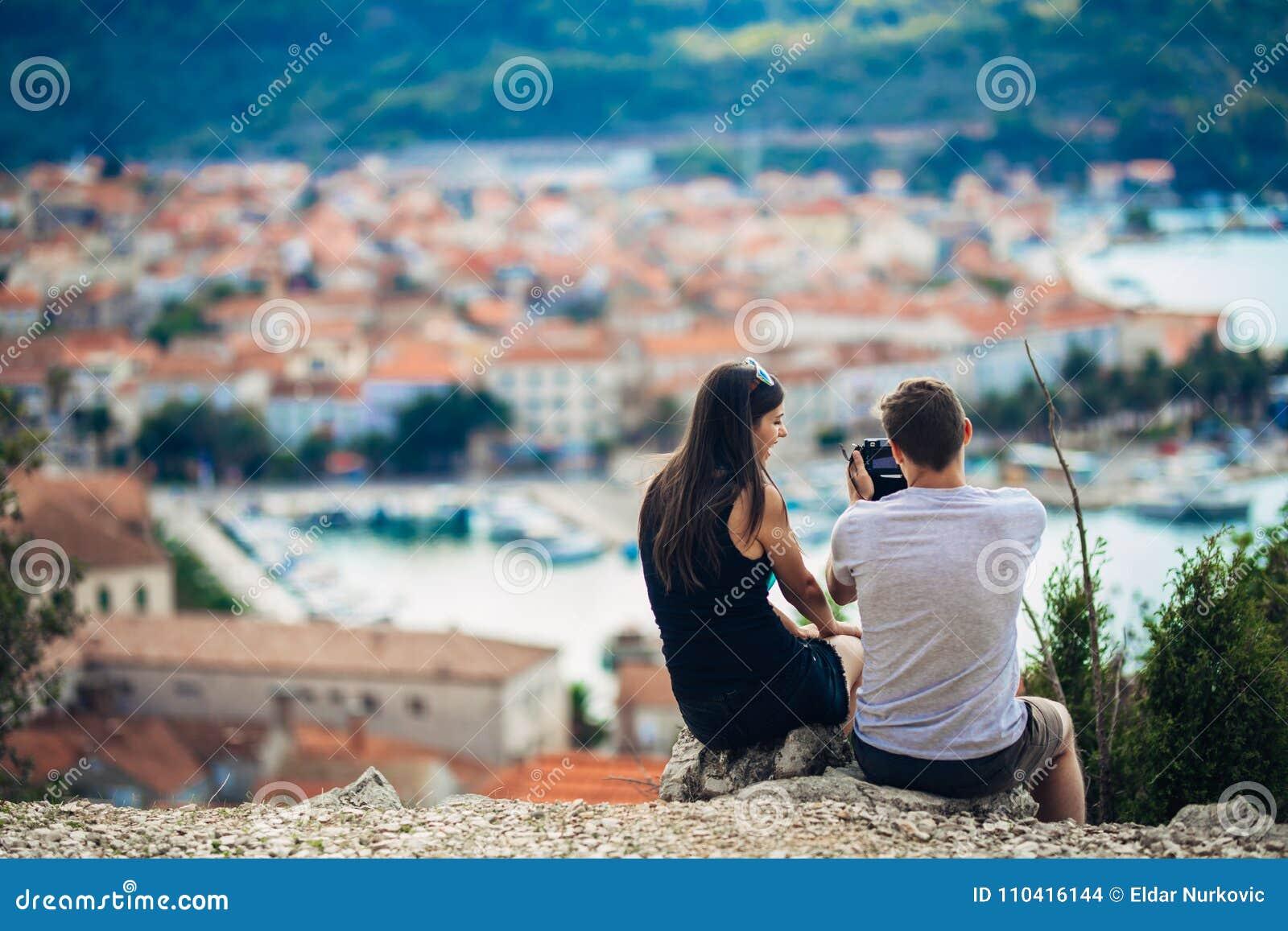 Barnpar som reser och besöker Europa Sommar som turnerar Europa och medelhavs- kultur Färgglade gator, cityscape