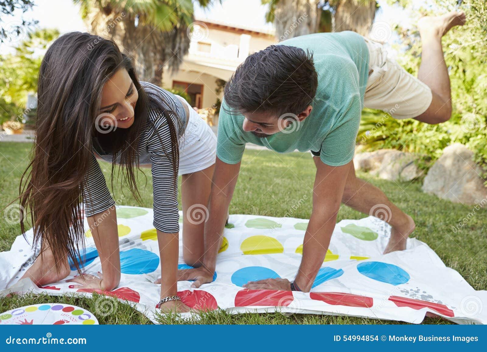Barnpar som spelar balansera leken i trädgård