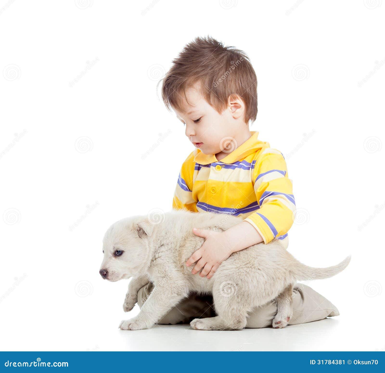 Barnpojke som spelar med valphunden
